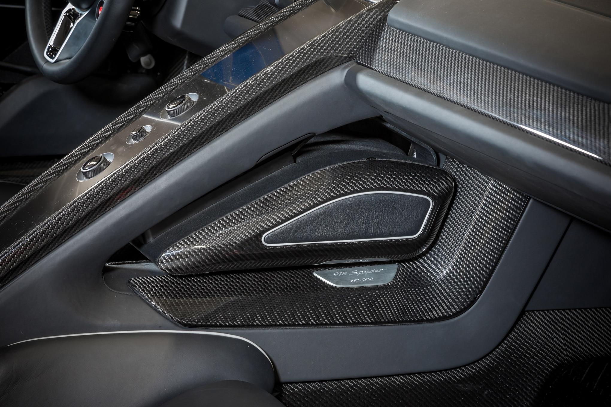 2015 porsche 918 spyder review automobile magazine for Interior 918 spyder