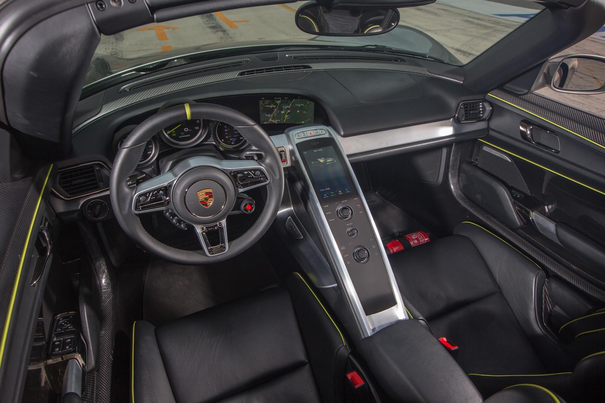 2015 porsche 918 spyder interior view 021 - Porsche Spyder 918 2015