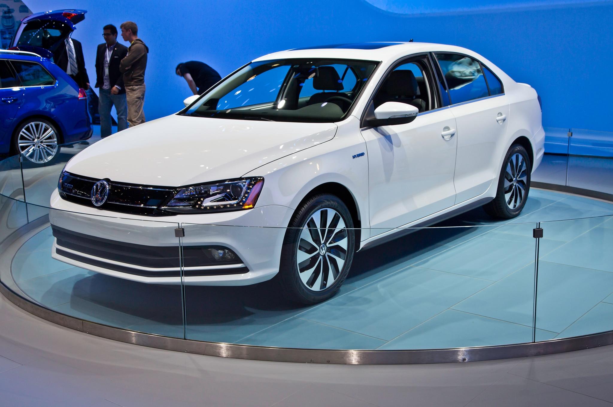2015 Volkswagen Jetta Hybrid Front Three Quarter1