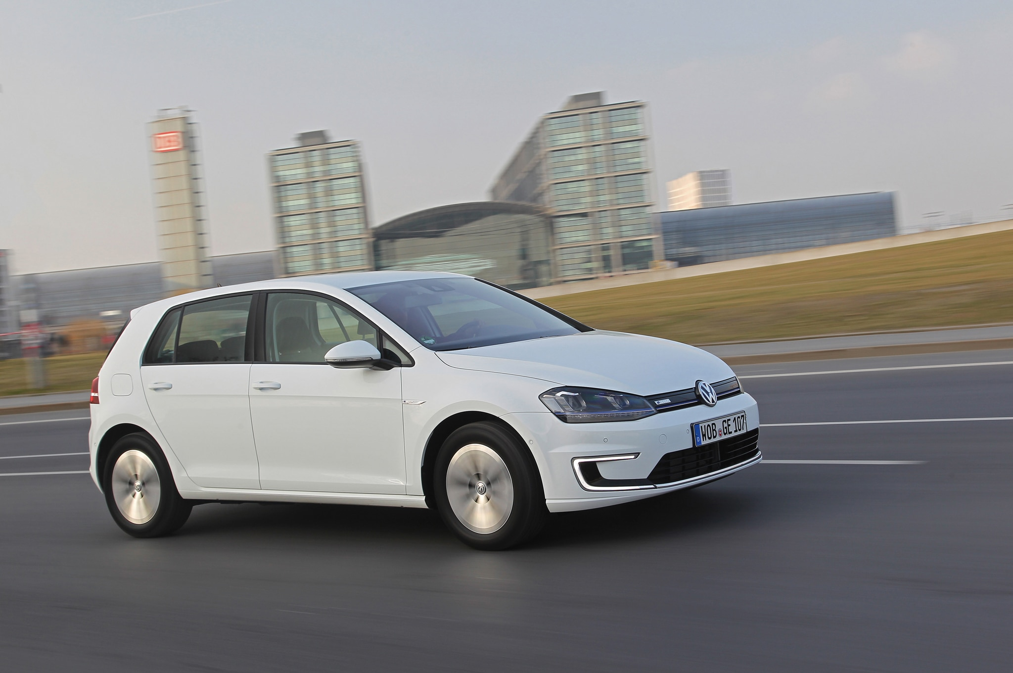 2015 Volkswagen E Golf Side In Motion2