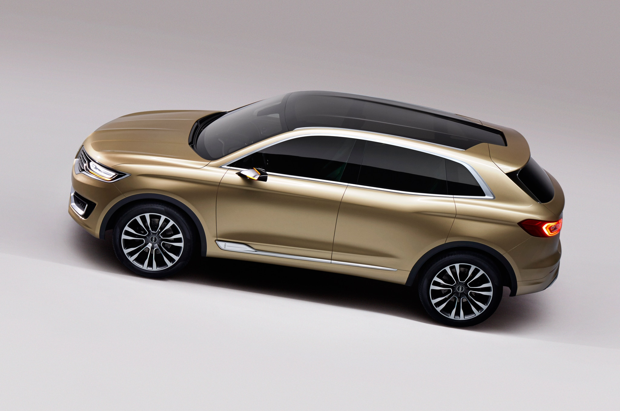 http://st.automobilemag.com/uploads/sites/11/2014/04/Lincoln-MKX-Concept-top-view-02.jpg