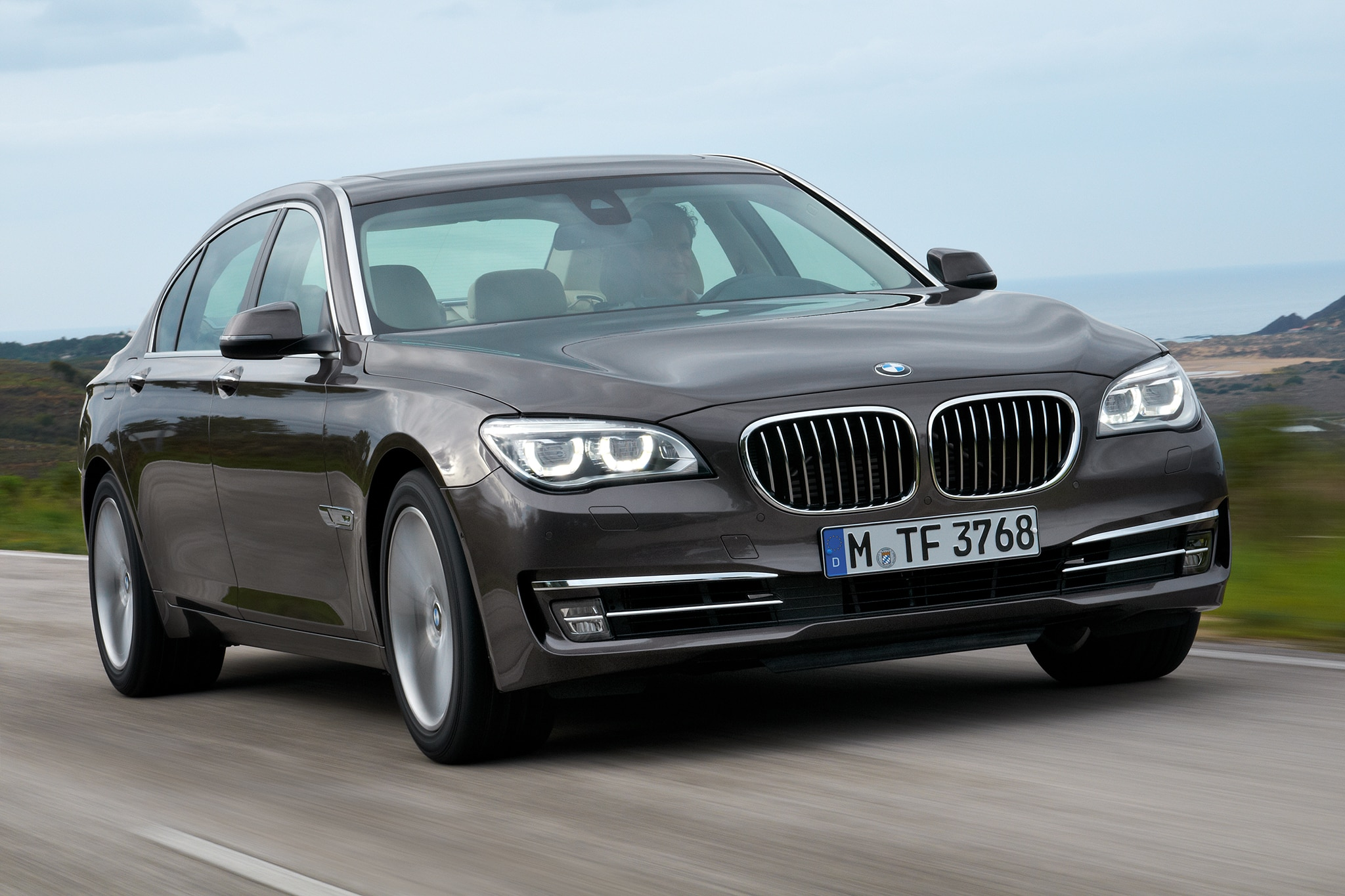 2014 BMW 7 Series Passengers Three Quarters In Motion1