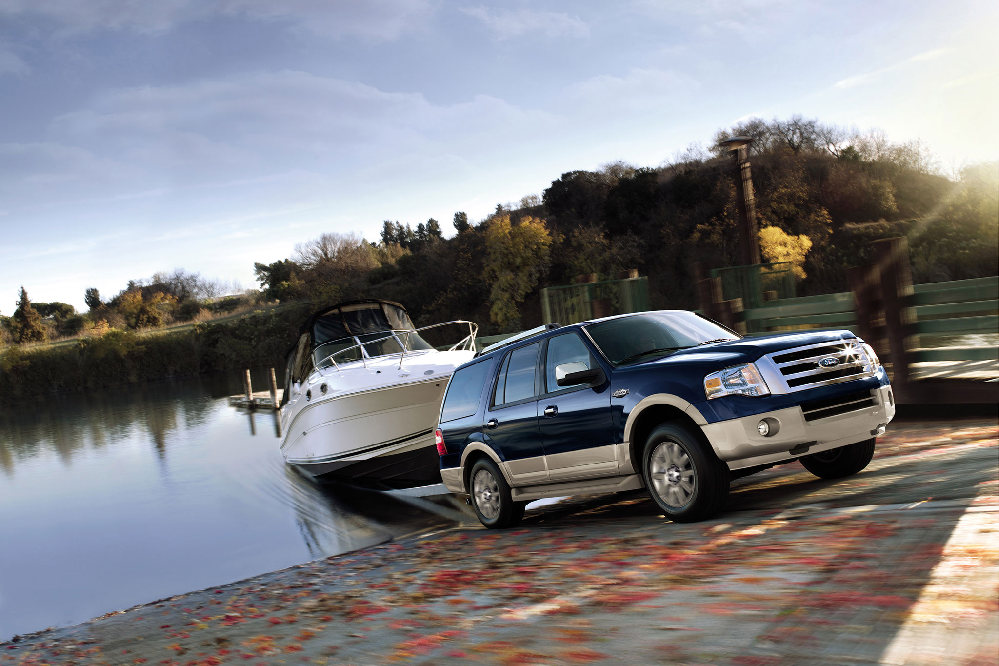 2014 Ford Expedition Passengers Side View Trailer1