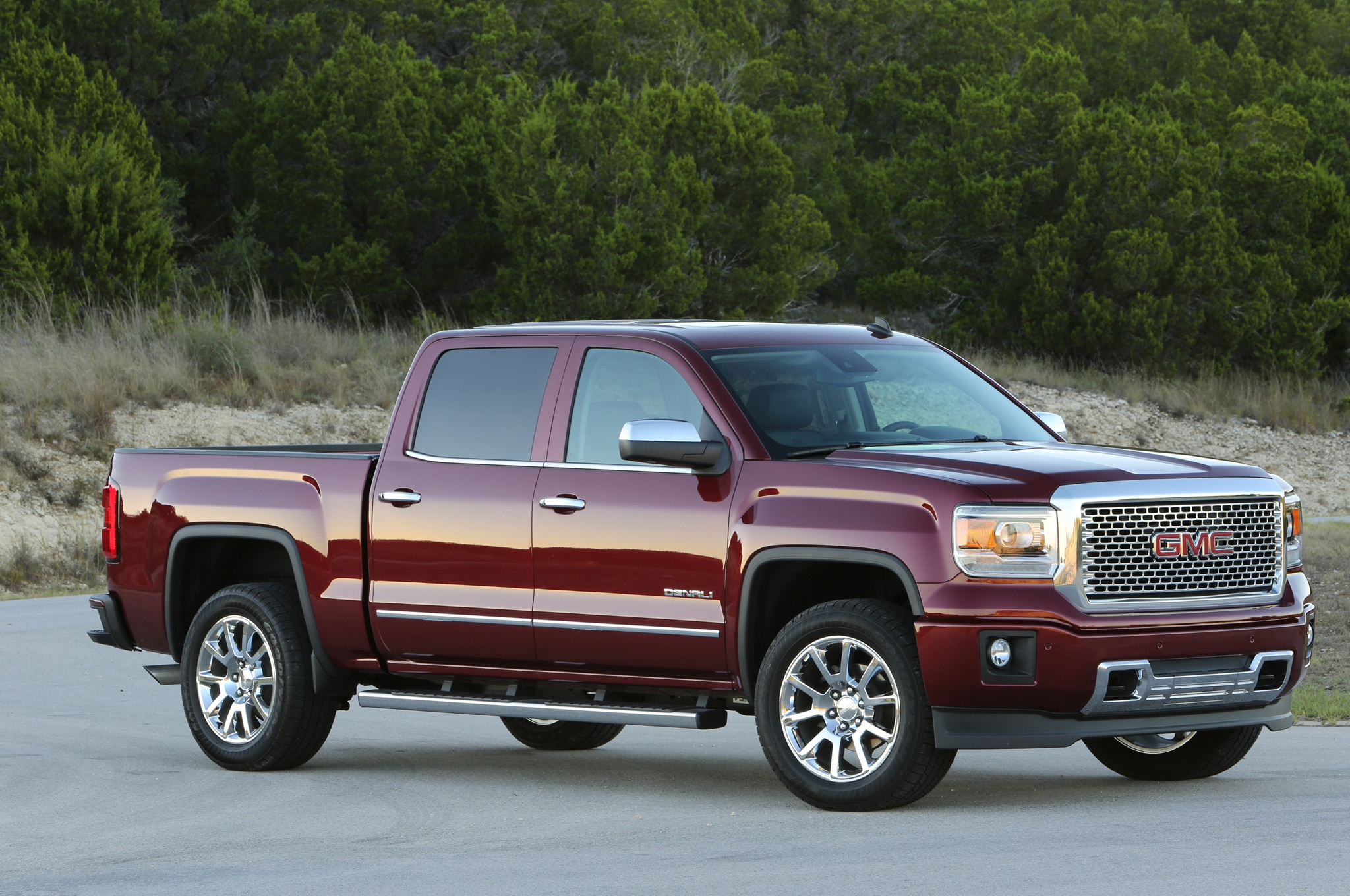 2014 GMC Sierra 1500 Denali CrewCab Front Three Quarters1