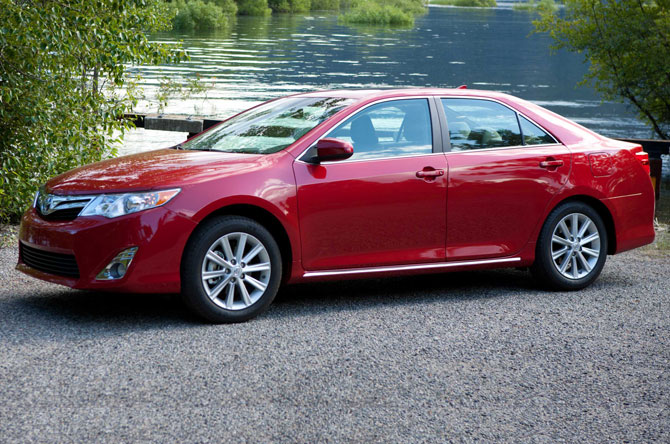 2014 Toyota Camry XLE Side Front View