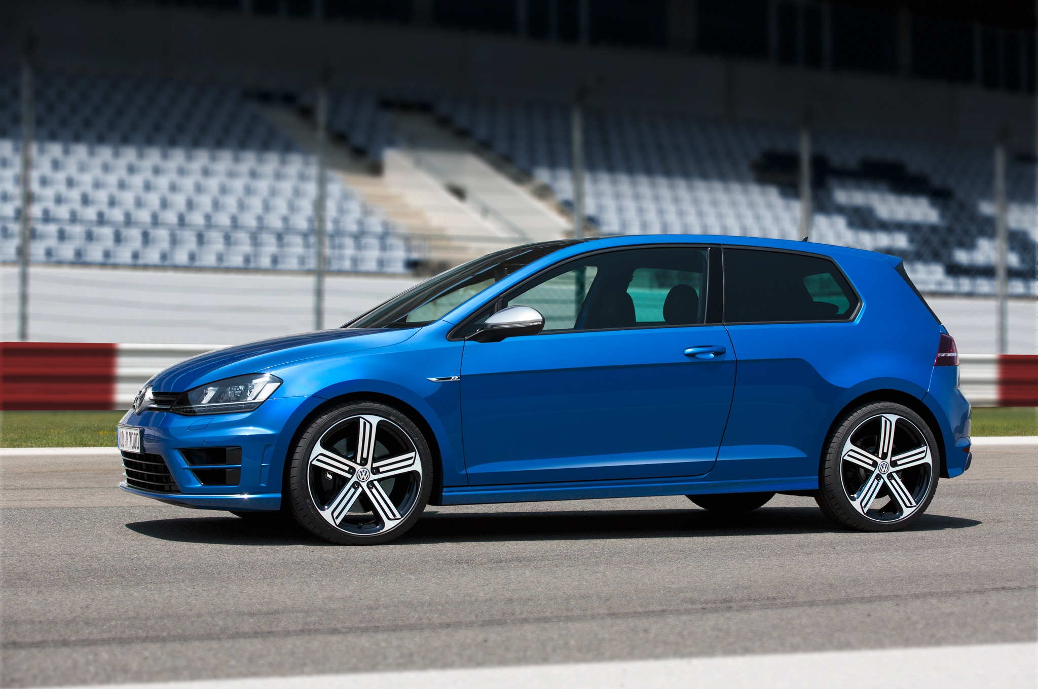 2015 Volkswagen Golf R Side Profile