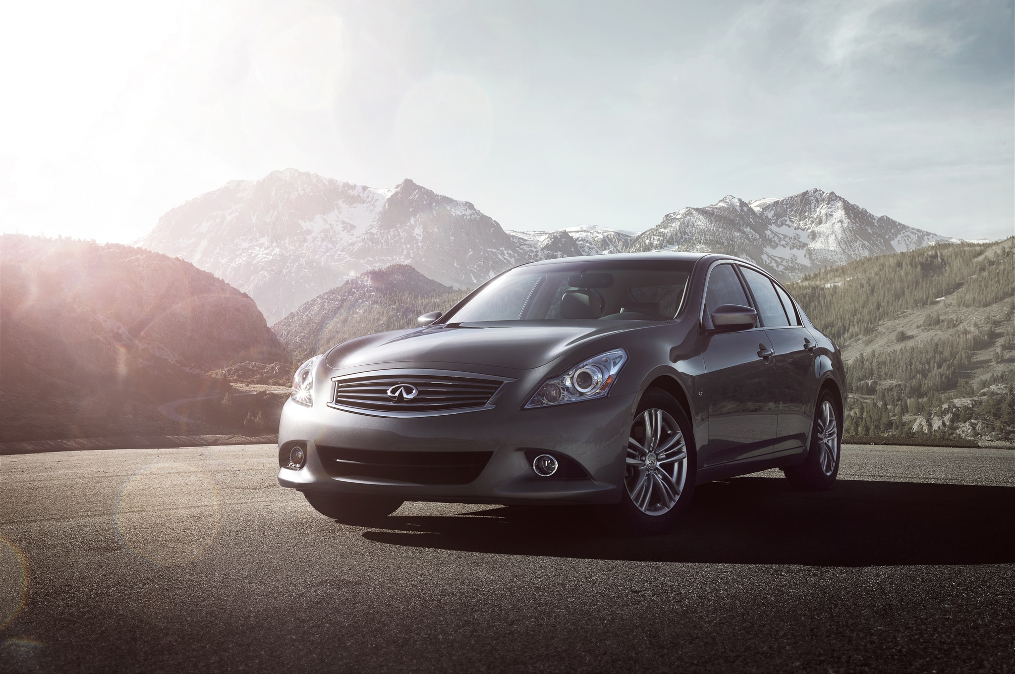 2015 Infiniti Q40 Front Three Quarters1