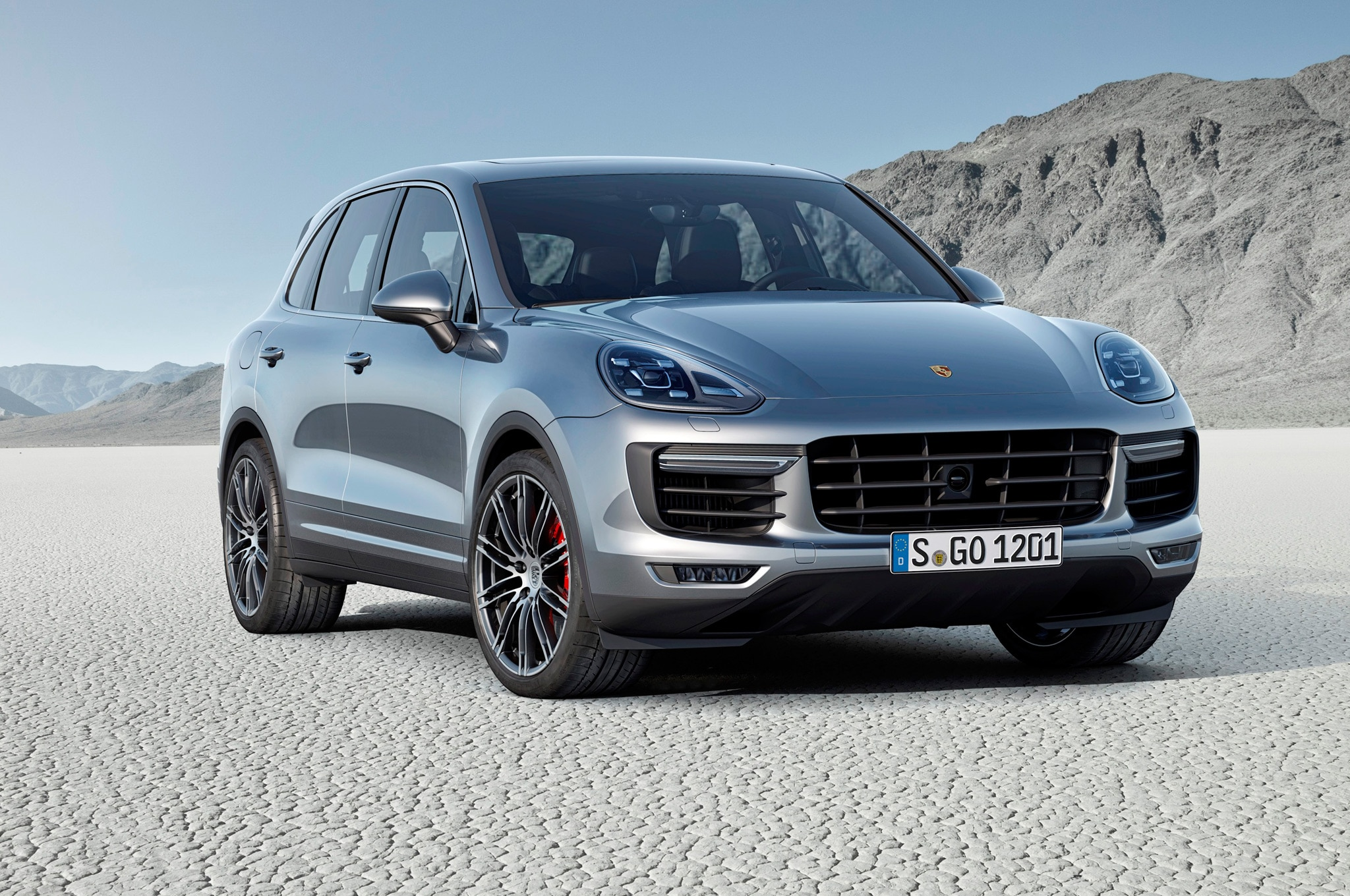 2015 Porsche Cayenne Turbo Front View1