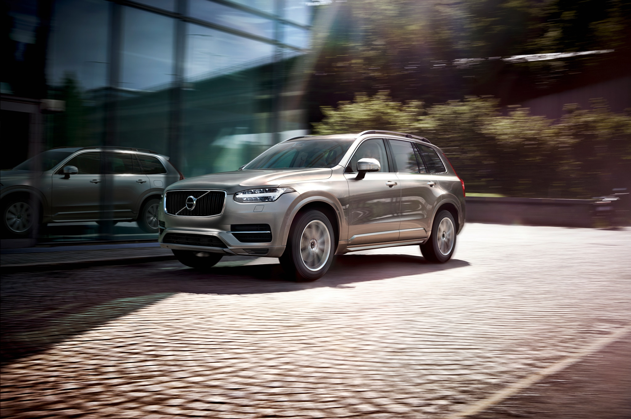 2016 Volvo XC90 Front Three Quarter In Motion1
