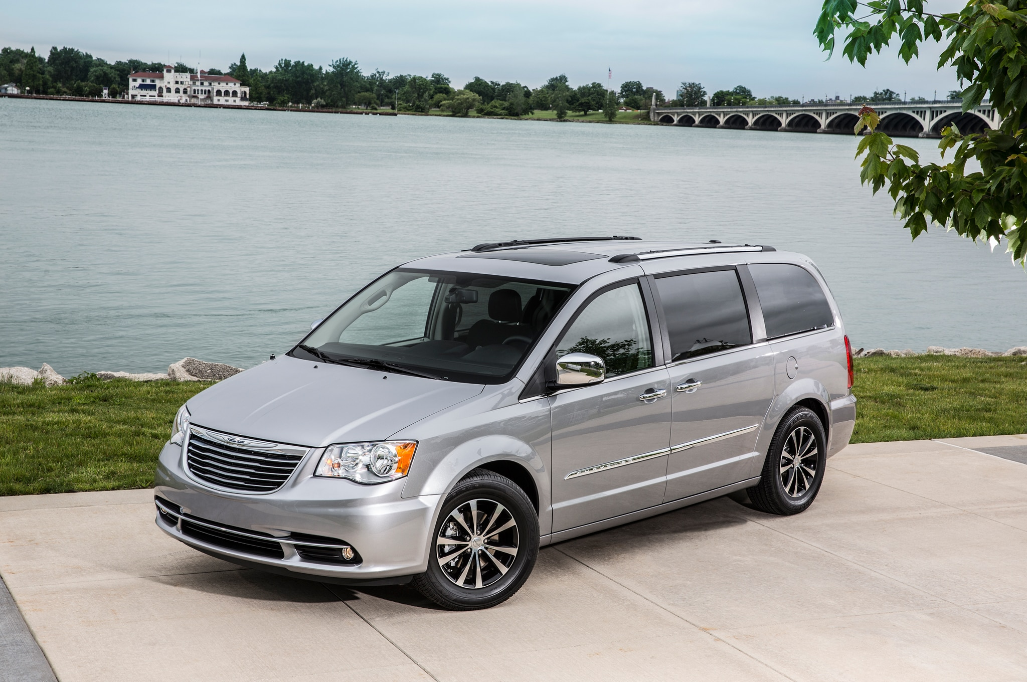 2015 Chrysler Town And Country Front Three Quarter2