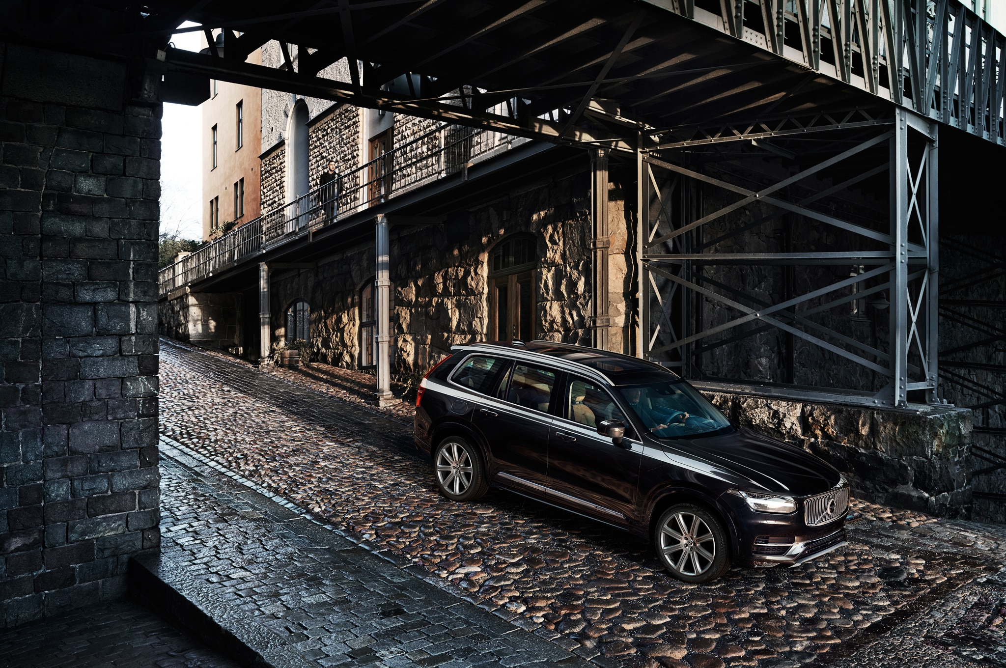2016 Volvo XC90 Front Three Quarter 031