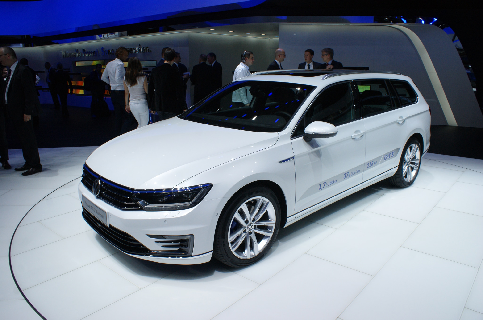 volkswagen passat gte plugs in for paris auto show. Black Bedroom Furniture Sets. Home Design Ideas
