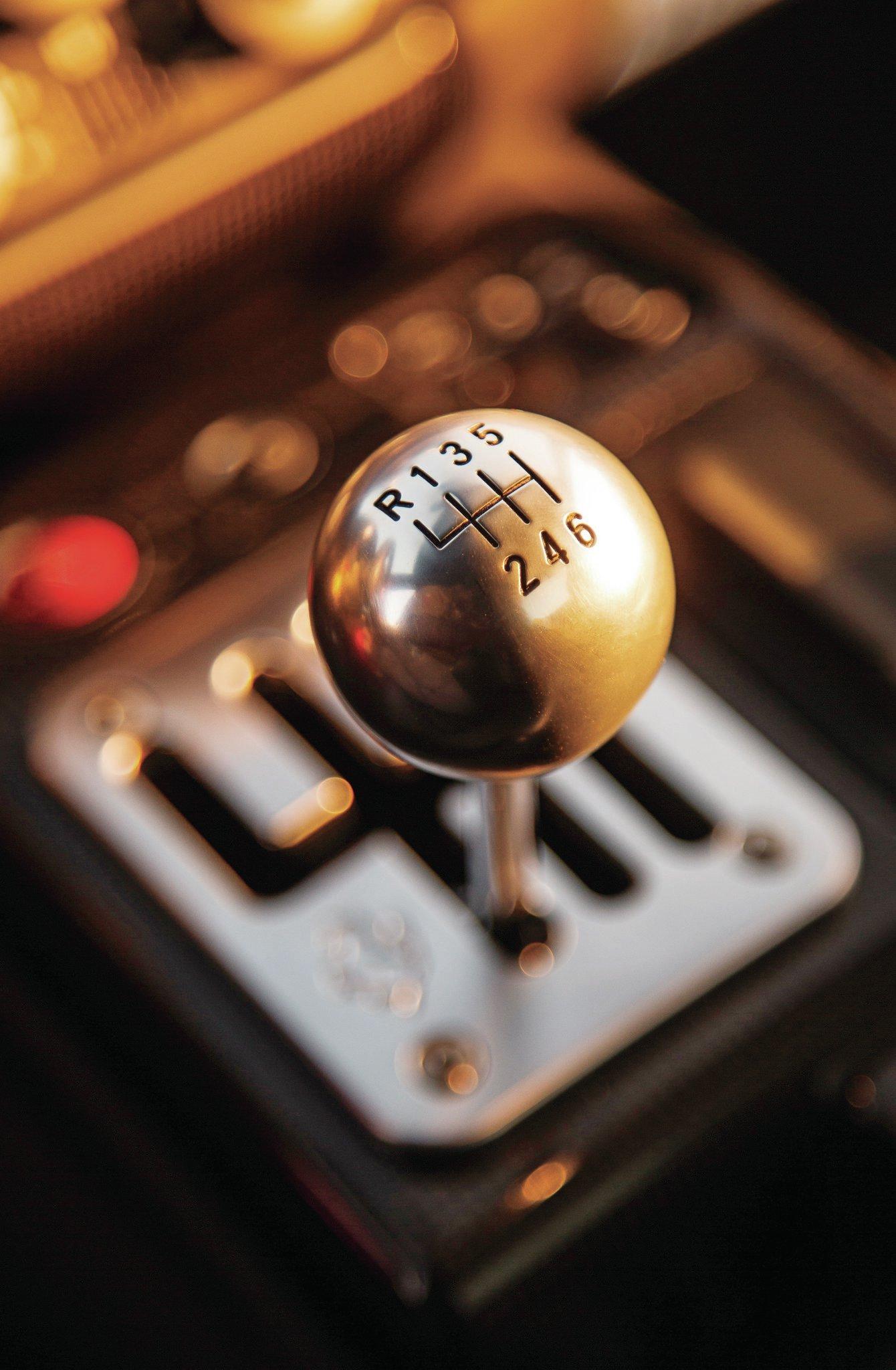 2009-Ferrari-599-GTB-Fiorano-shifter.jpg