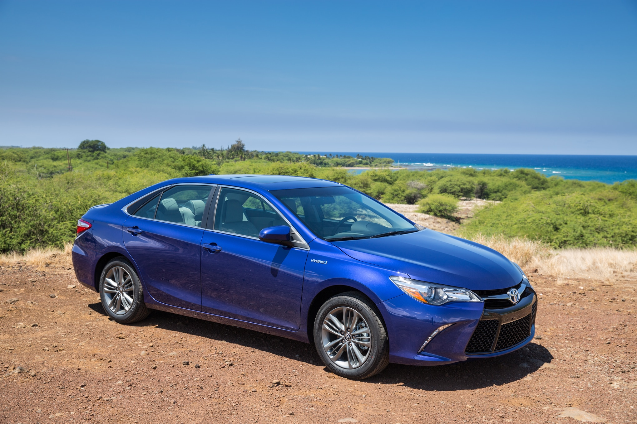 camry toyota hybrid se front system three motortrend test drive edmunds quarters specs