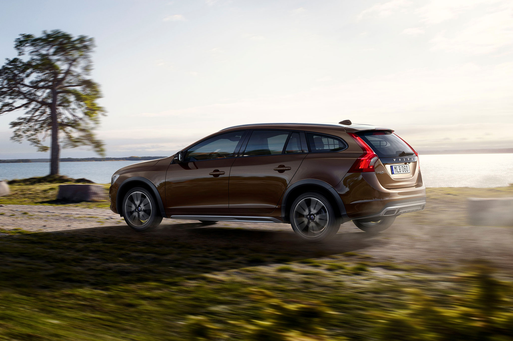 watch the 2015 5 volvo v60 cross country go off road. Black Bedroom Furniture Sets. Home Design Ideas