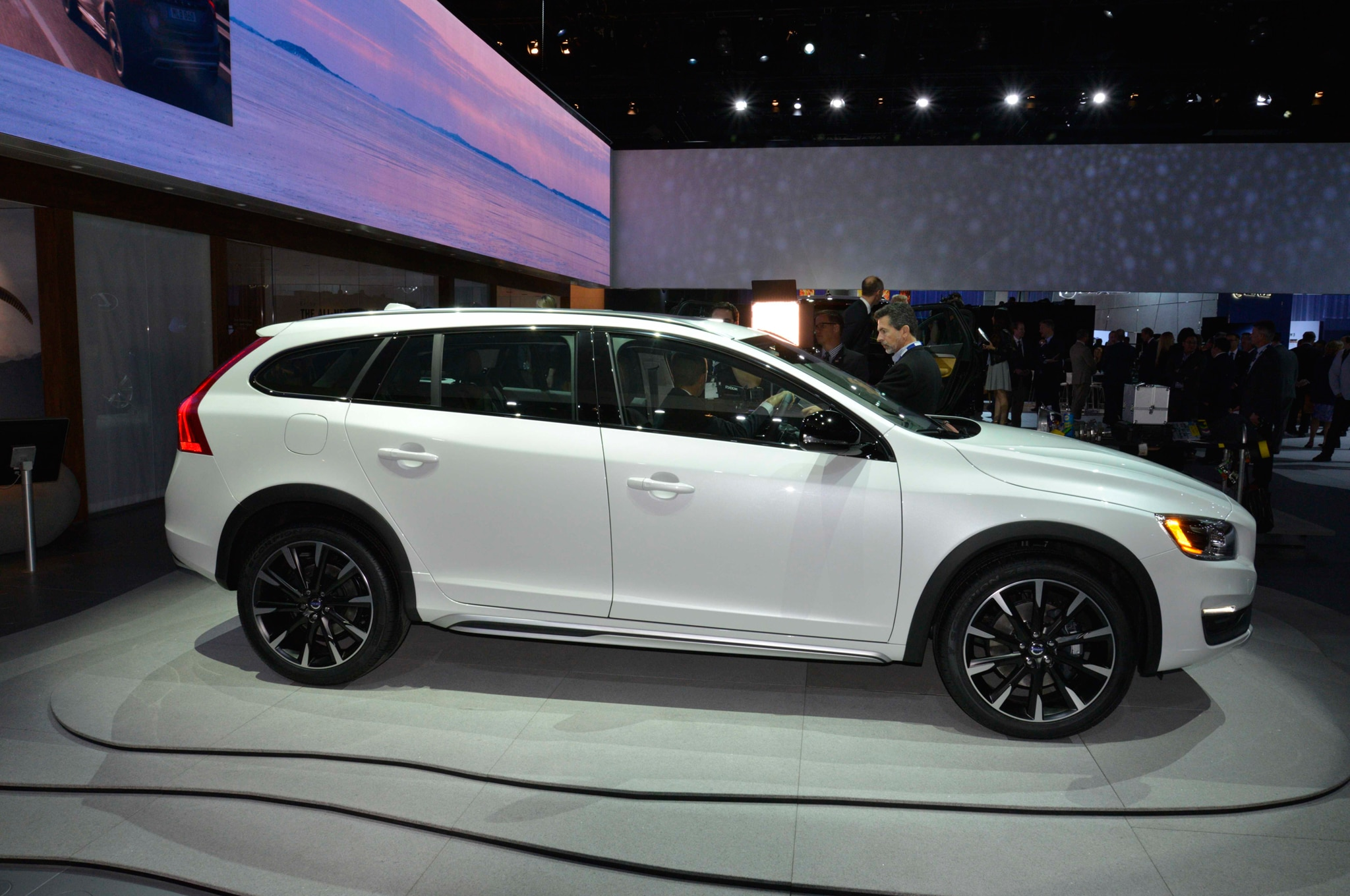 2015 5 volvo v60 cross country debuts at l a auto show. Black Bedroom Furniture Sets. Home Design Ideas