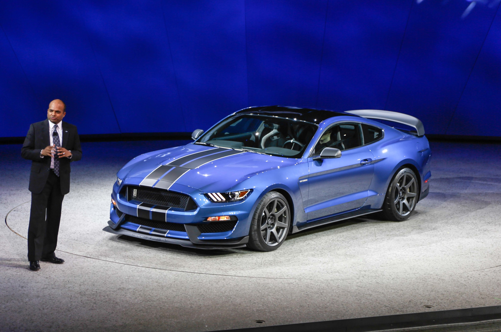ford shelby gt350r mustang tears rubber in detroit debut. Black Bedroom Furniture Sets. Home Design Ideas
