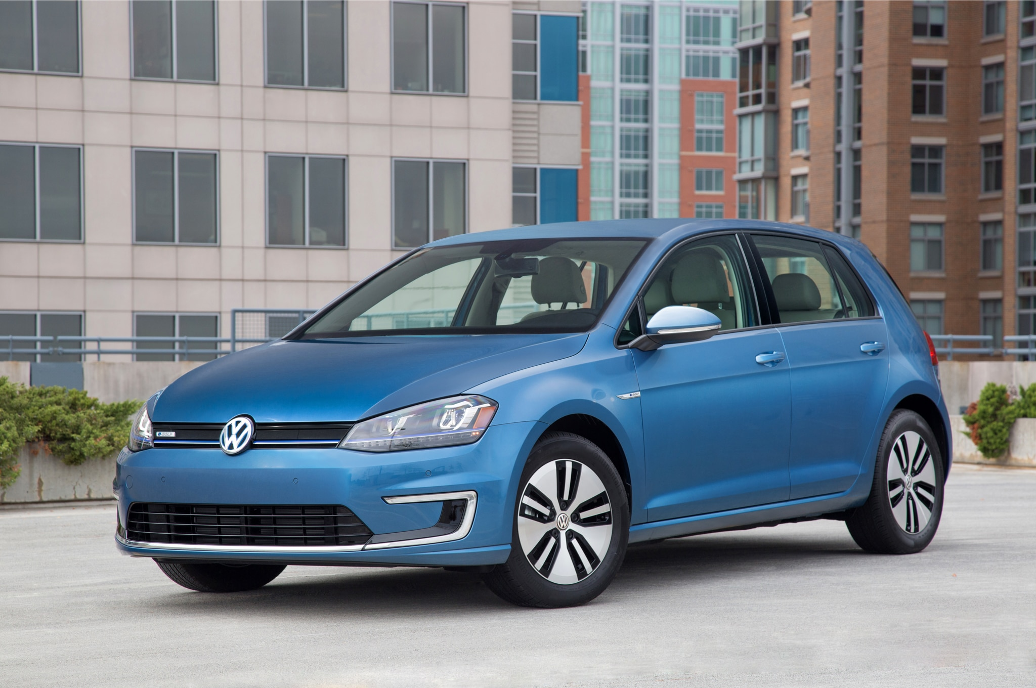 2015 volkswagen e golf gets 1 995 price cut with new trim level. Black Bedroom Furniture Sets. Home Design Ideas