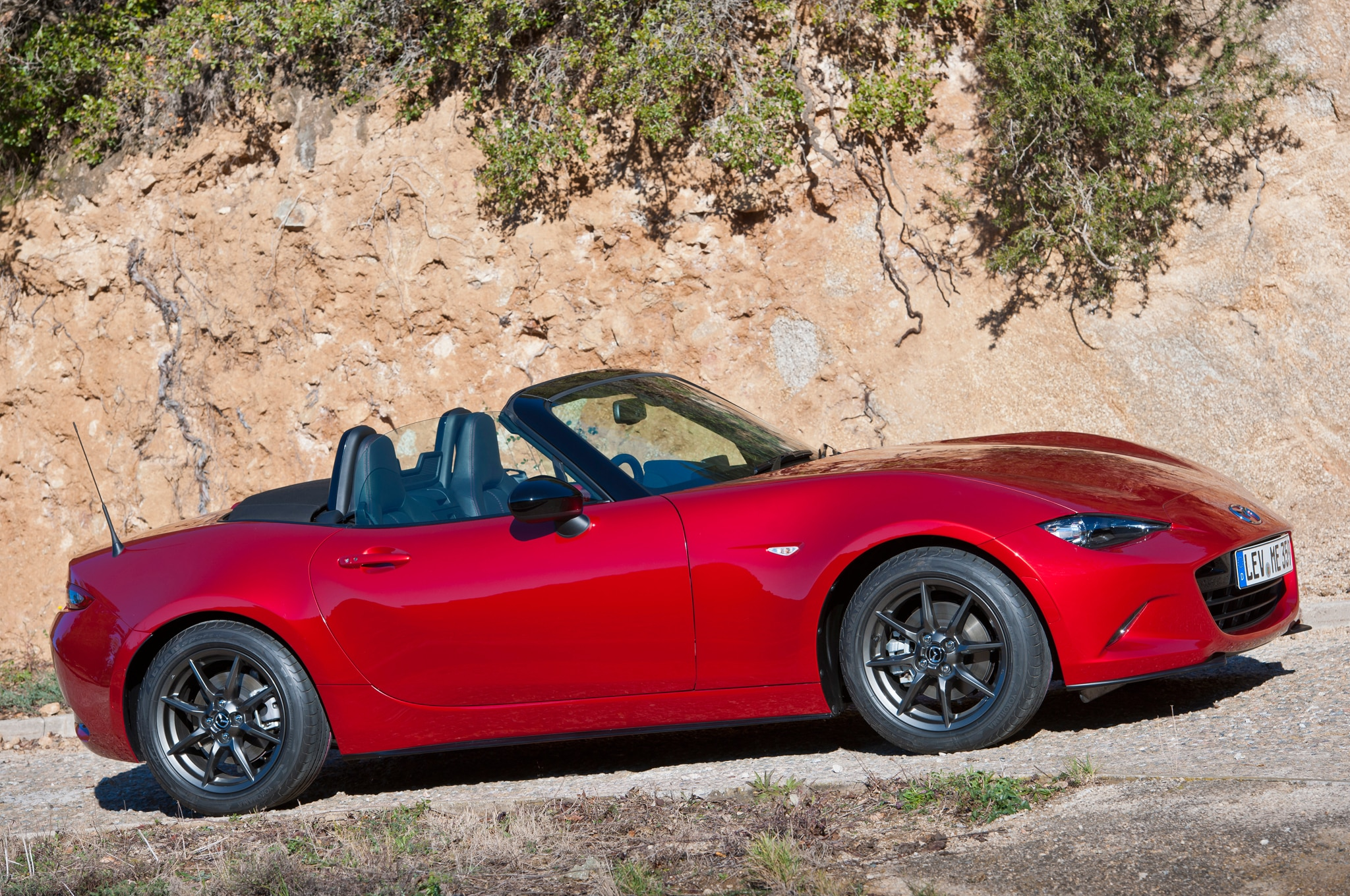 2016 mazda mx 5 miata sheds 148 pounds compared to previous generation. Black Bedroom Furniture Sets. Home Design Ideas