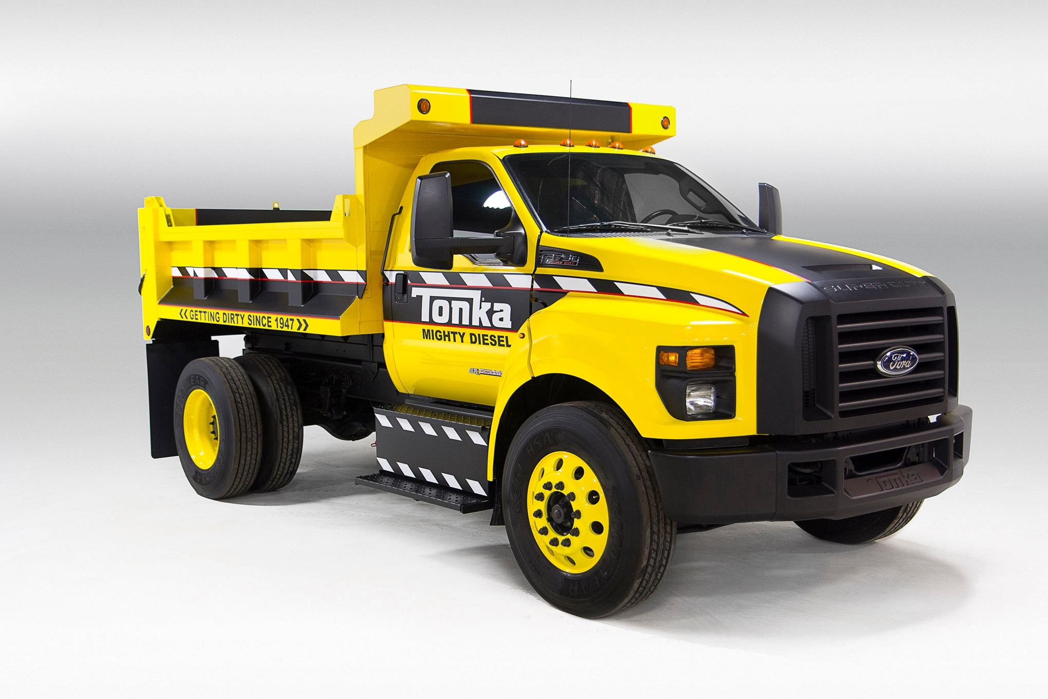 Ford F 750 TONKA Dump Truck Front Three Quarter 02