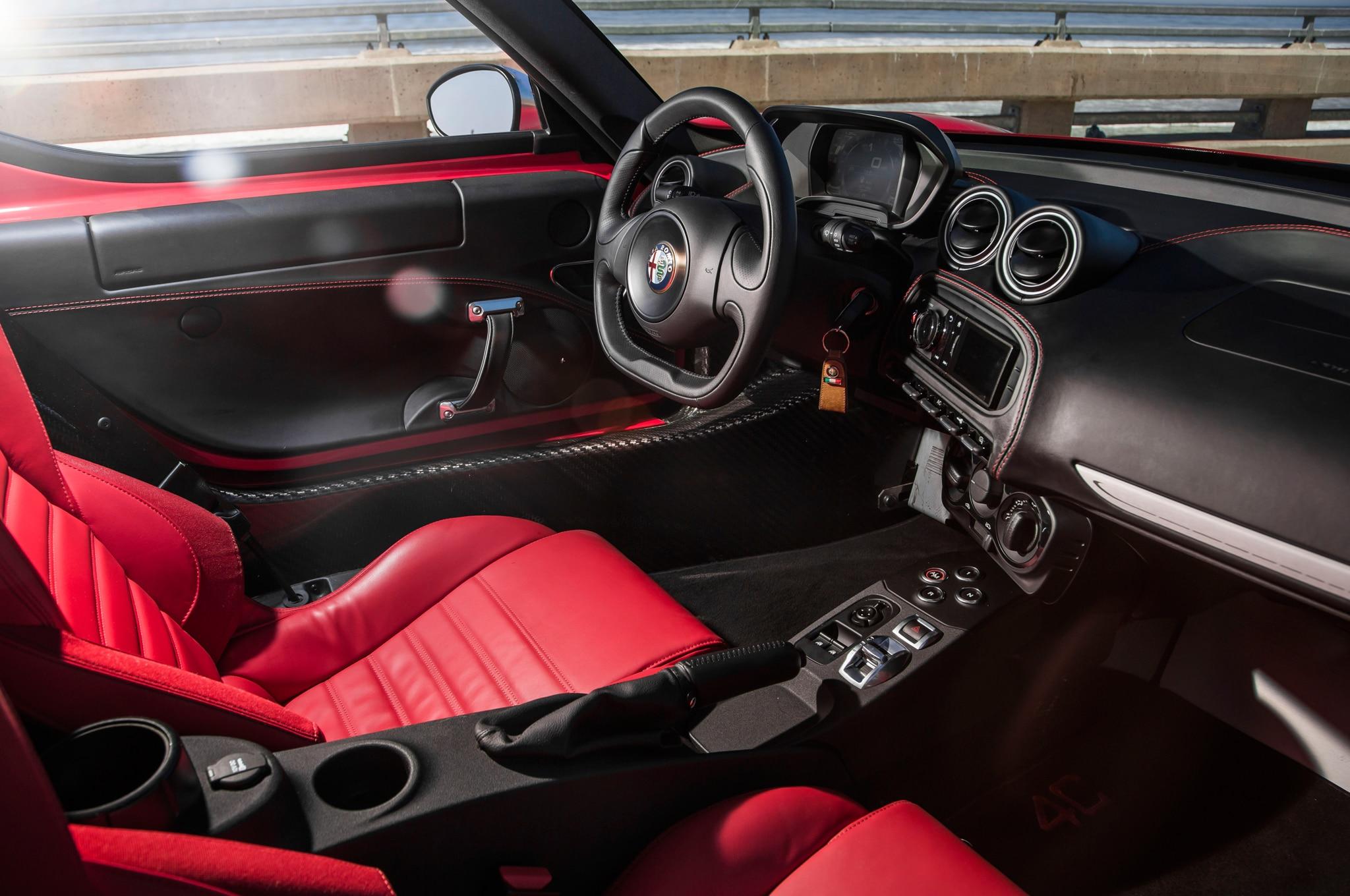 2015-Alfa-Romeo-4C-cockpit-02.jpg