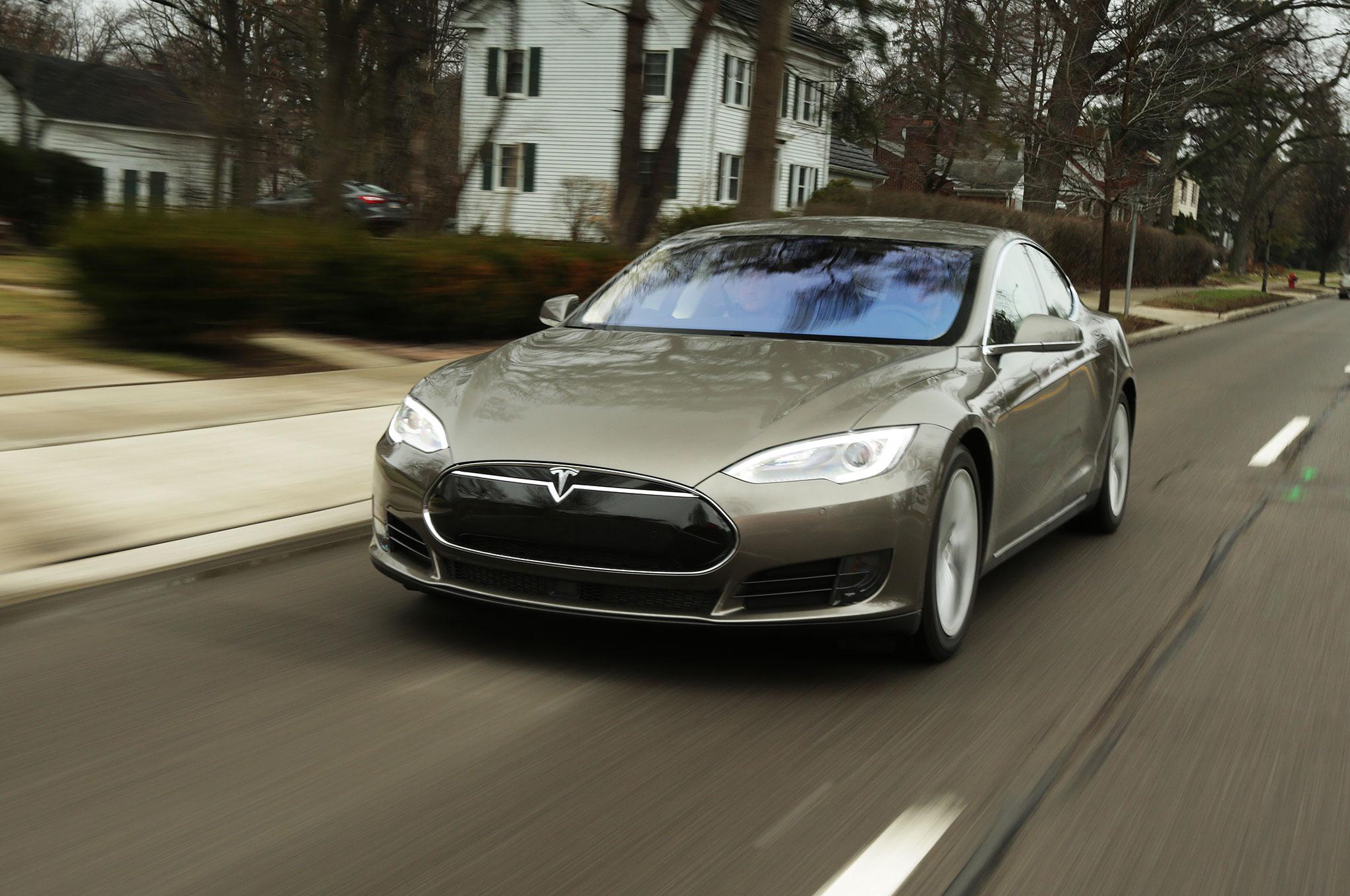 2015 Tesla Model S 70D Front Three Quarter Motion 3