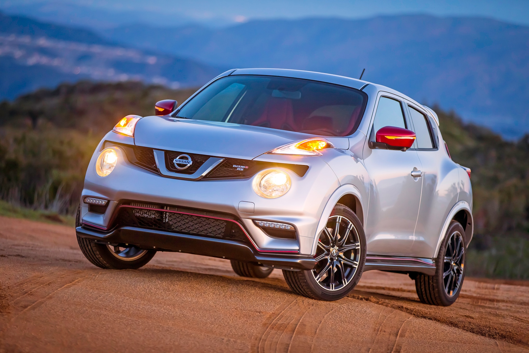 watch a nissan juke nismo rs set a new record for driving on two wheels. Black Bedroom Furniture Sets. Home Design Ideas