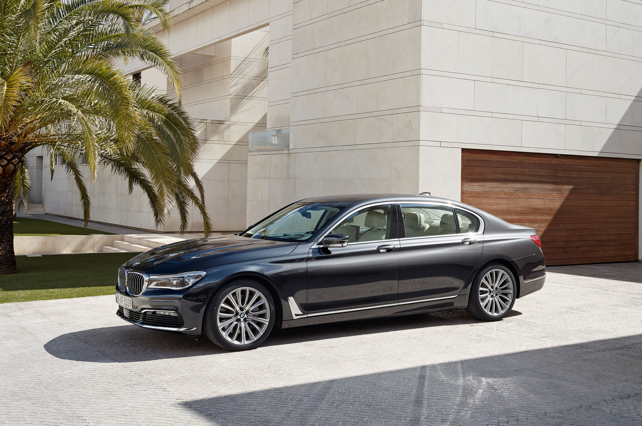 2016 BMW 750Li XDrive Front Three Quarter 02
