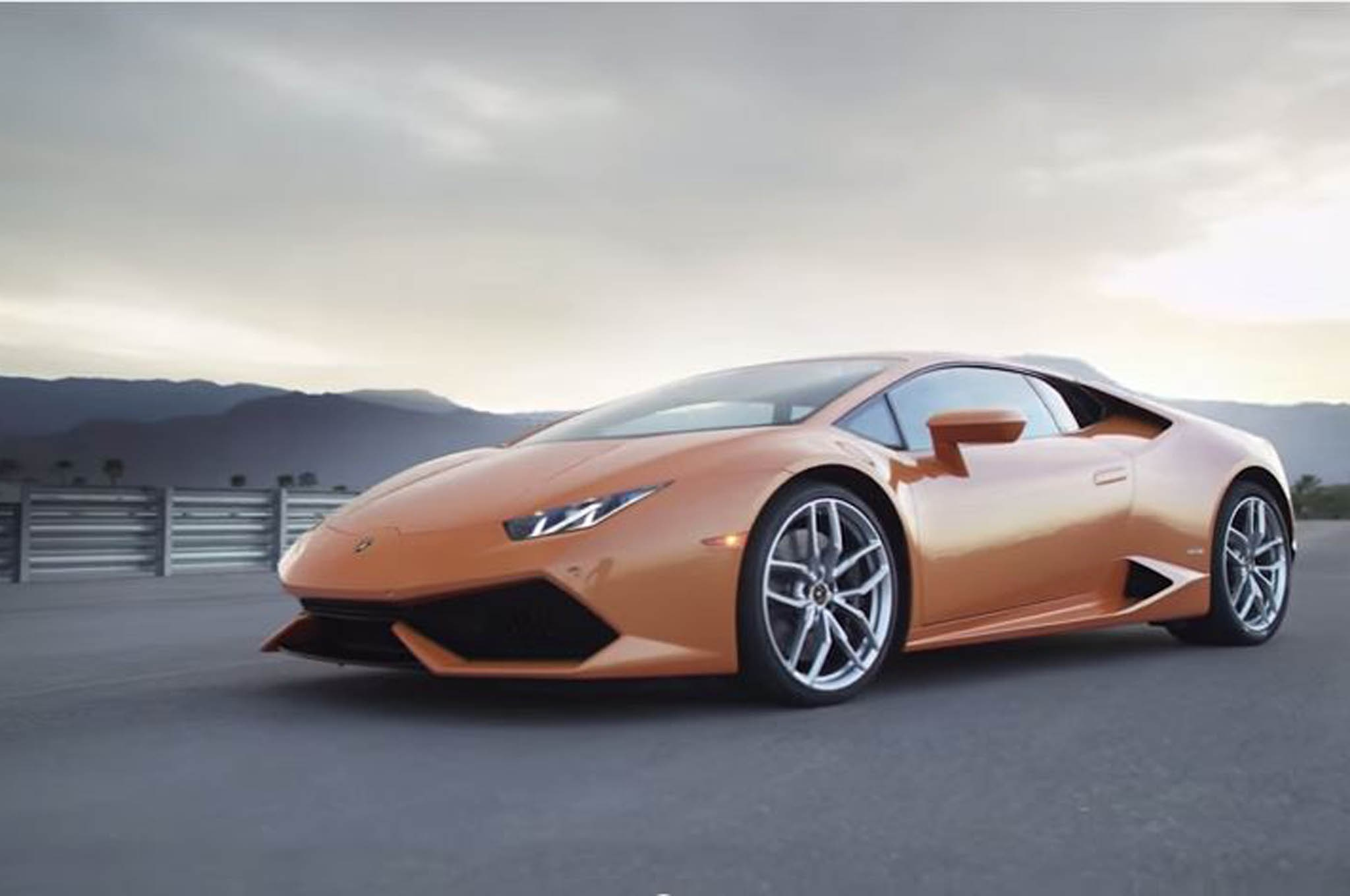 lamborghini huracan hits the track on world 39 s fastest car show. Black Bedroom Furniture Sets. Home Design Ideas