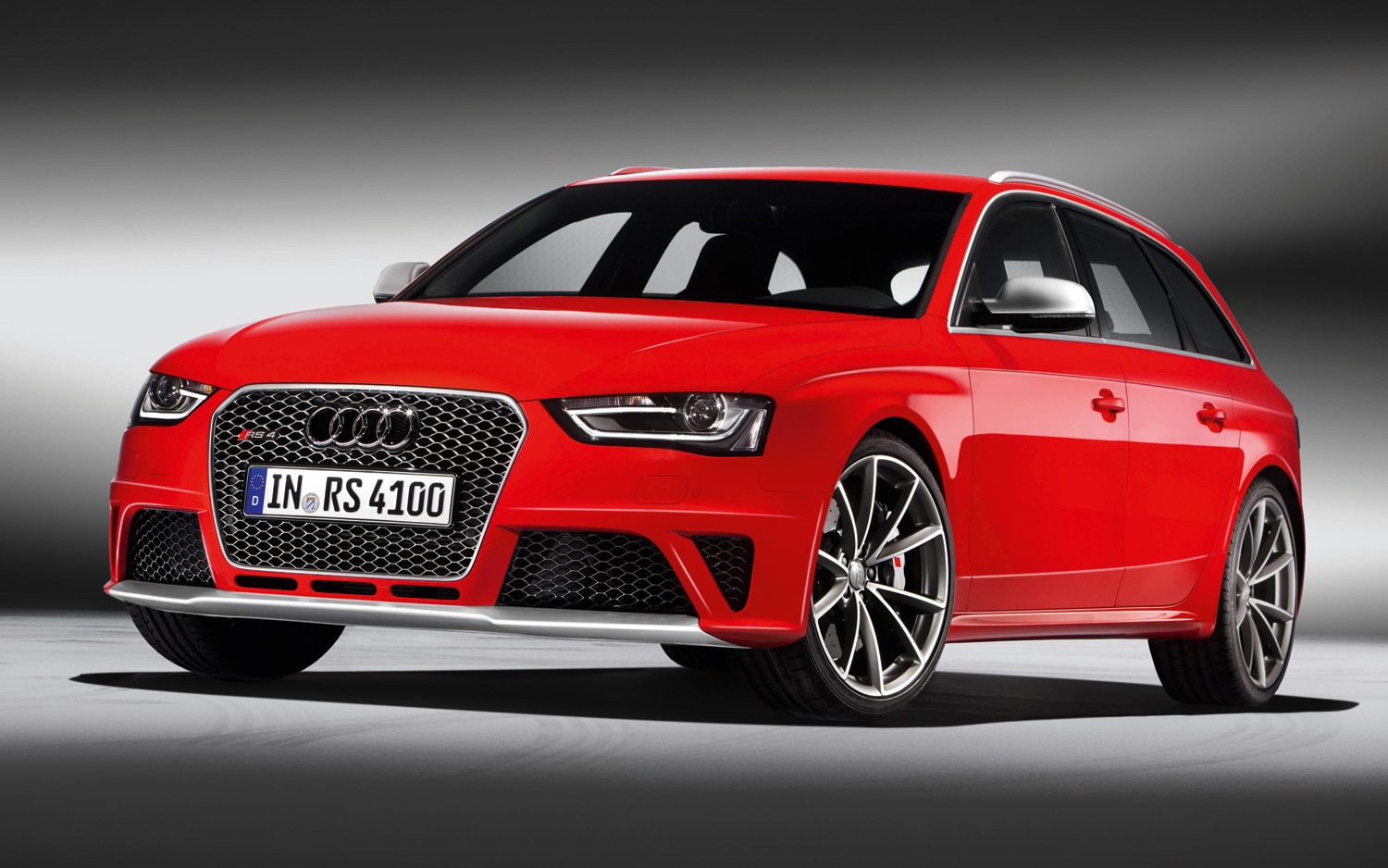 2013 Audi RS4 Avant Front Three Quarter 1
