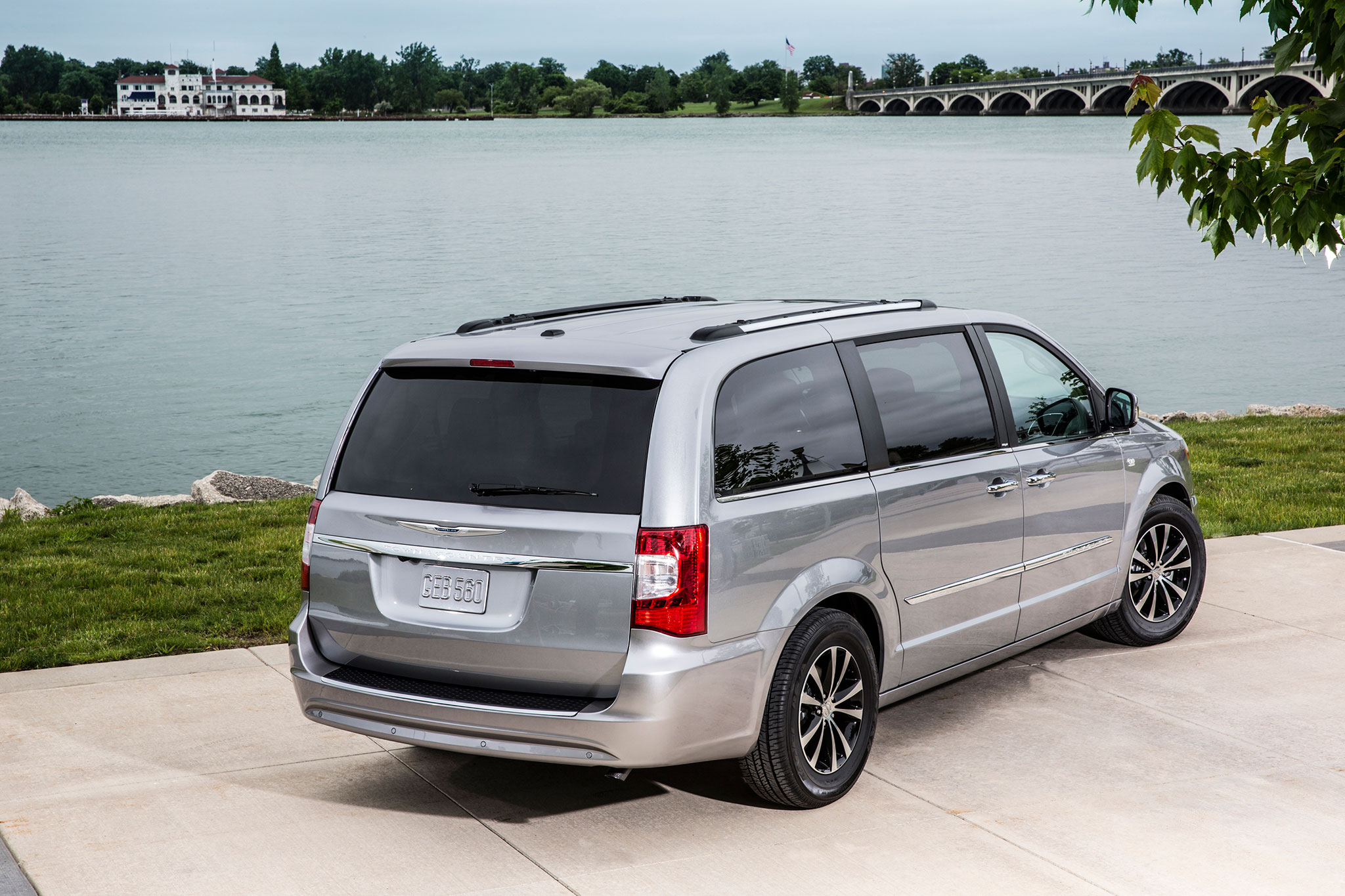 Report Chrysler Town & Country to Add Open n Go Doors 9 Speed Auto