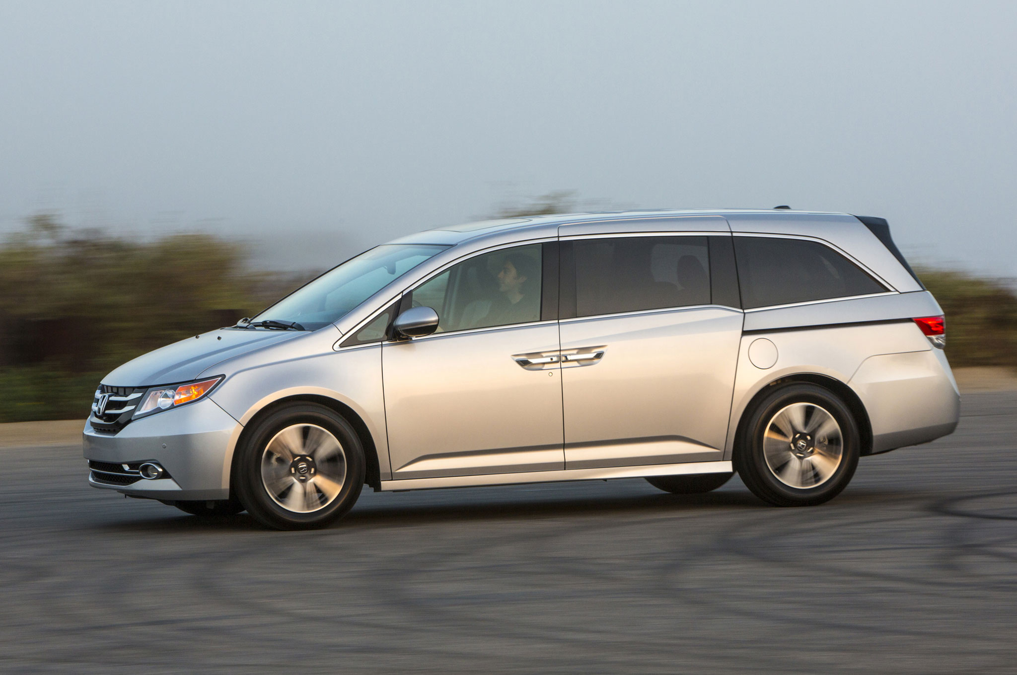 2016 honda odyssey adds se trim with more standard features for Should i buy a toyota sienna or honda odyssey