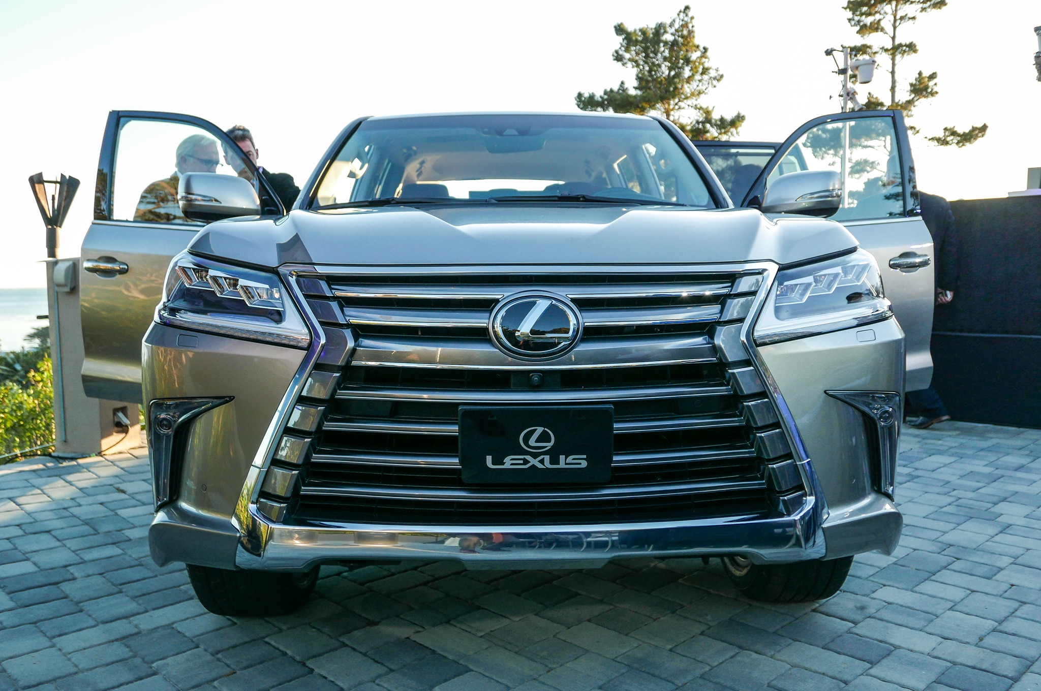 2016 lexus lx 570 gets new look eight speed automatic. Black Bedroom Furniture Sets. Home Design Ideas