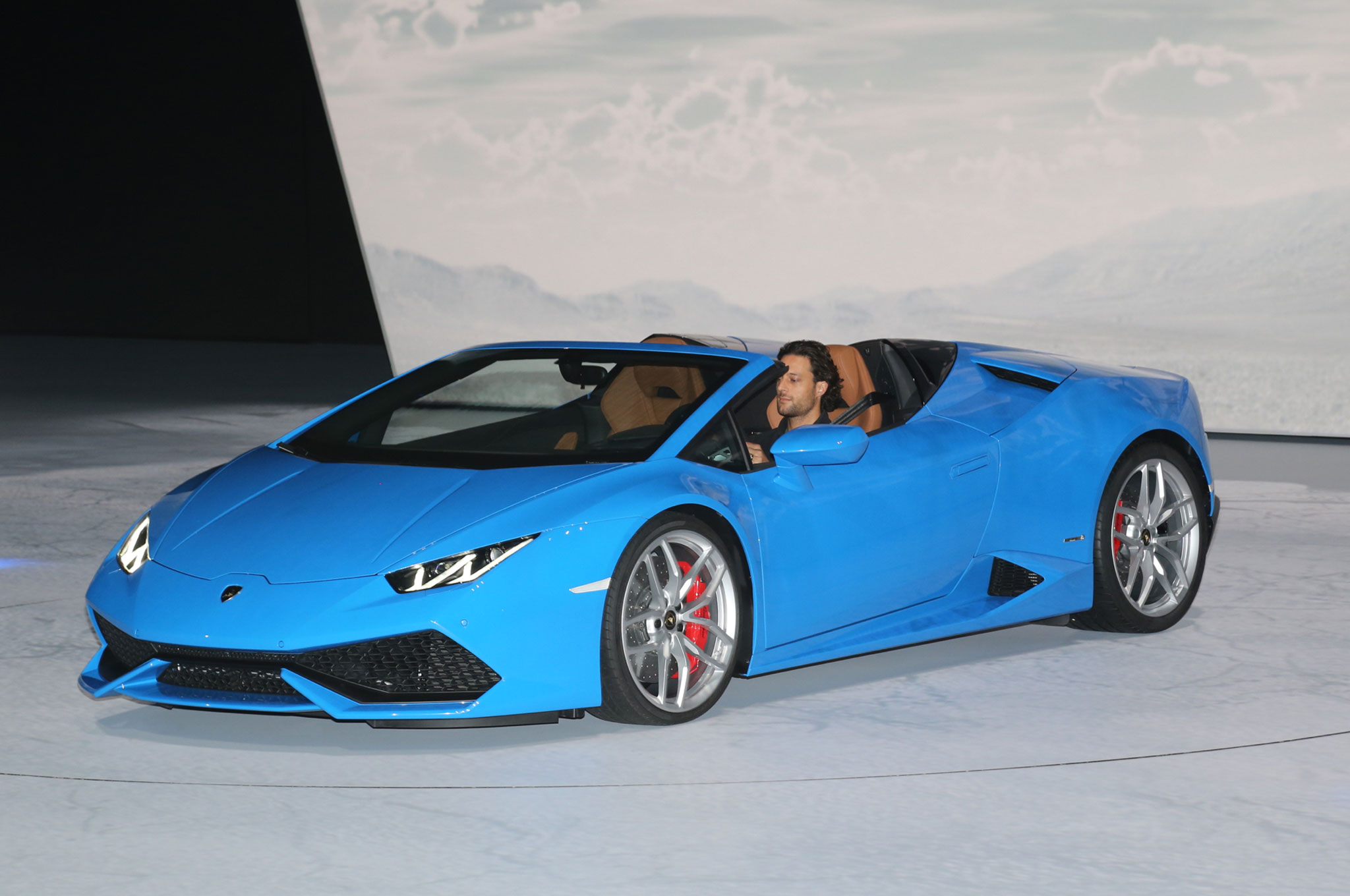 lamborghini huracan spyder hits 201 mph with the top down