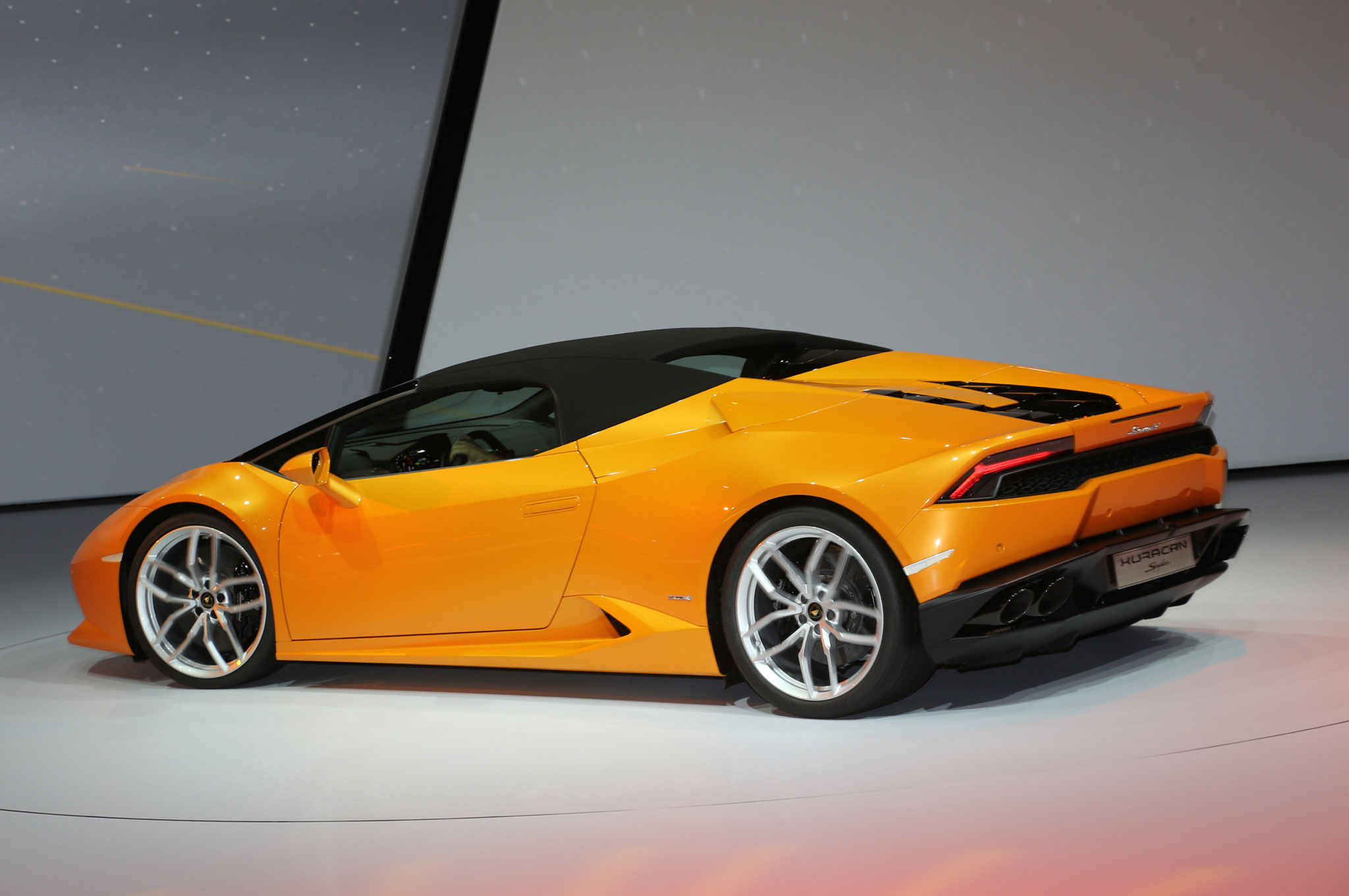 lamborghini huracan spyder hits 201 mph with the top down. Black Bedroom Furniture Sets. Home Design Ideas