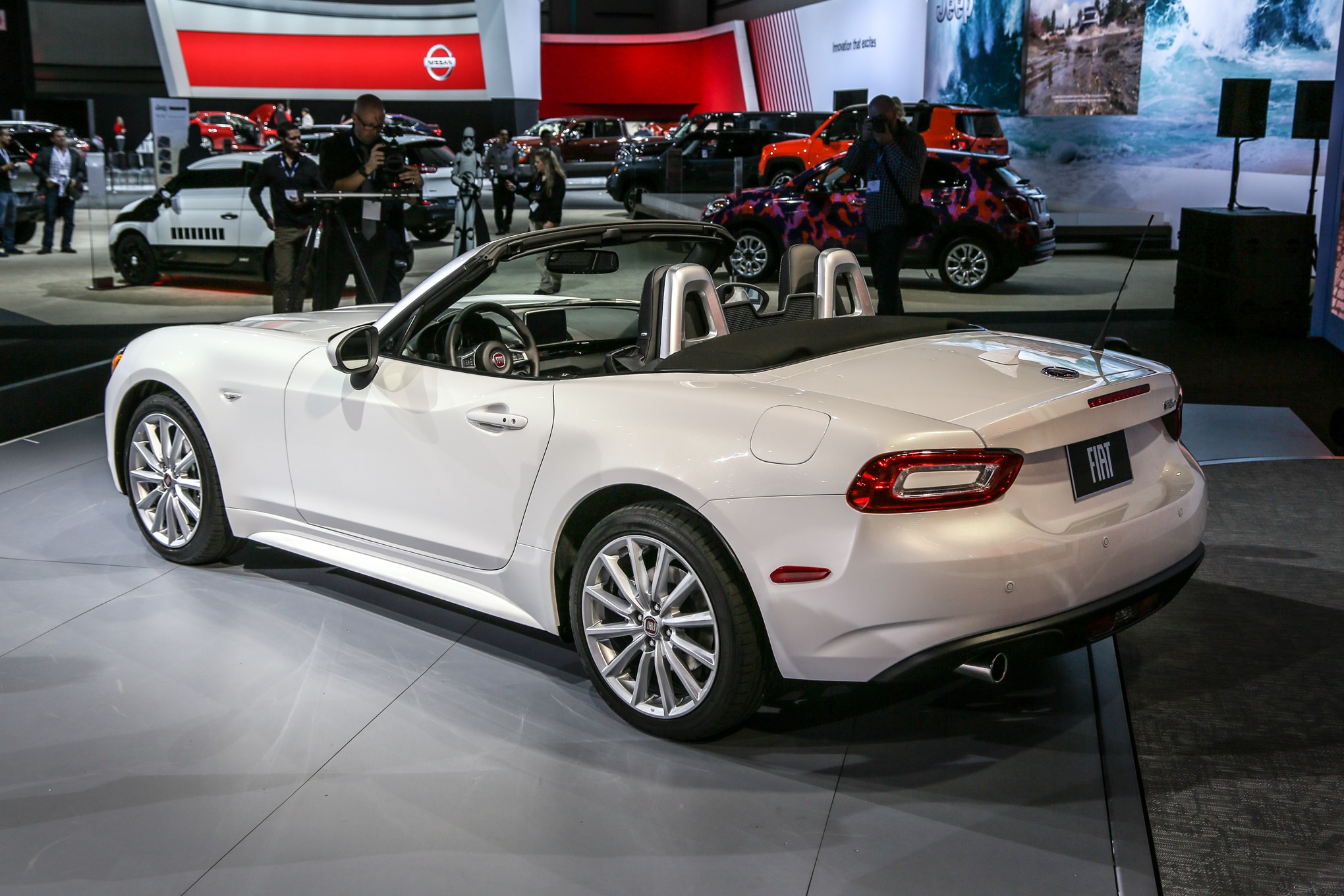 miata italian style 2017 fiat 124 spider debuts in l a. Black Bedroom Furniture Sets. Home Design Ideas