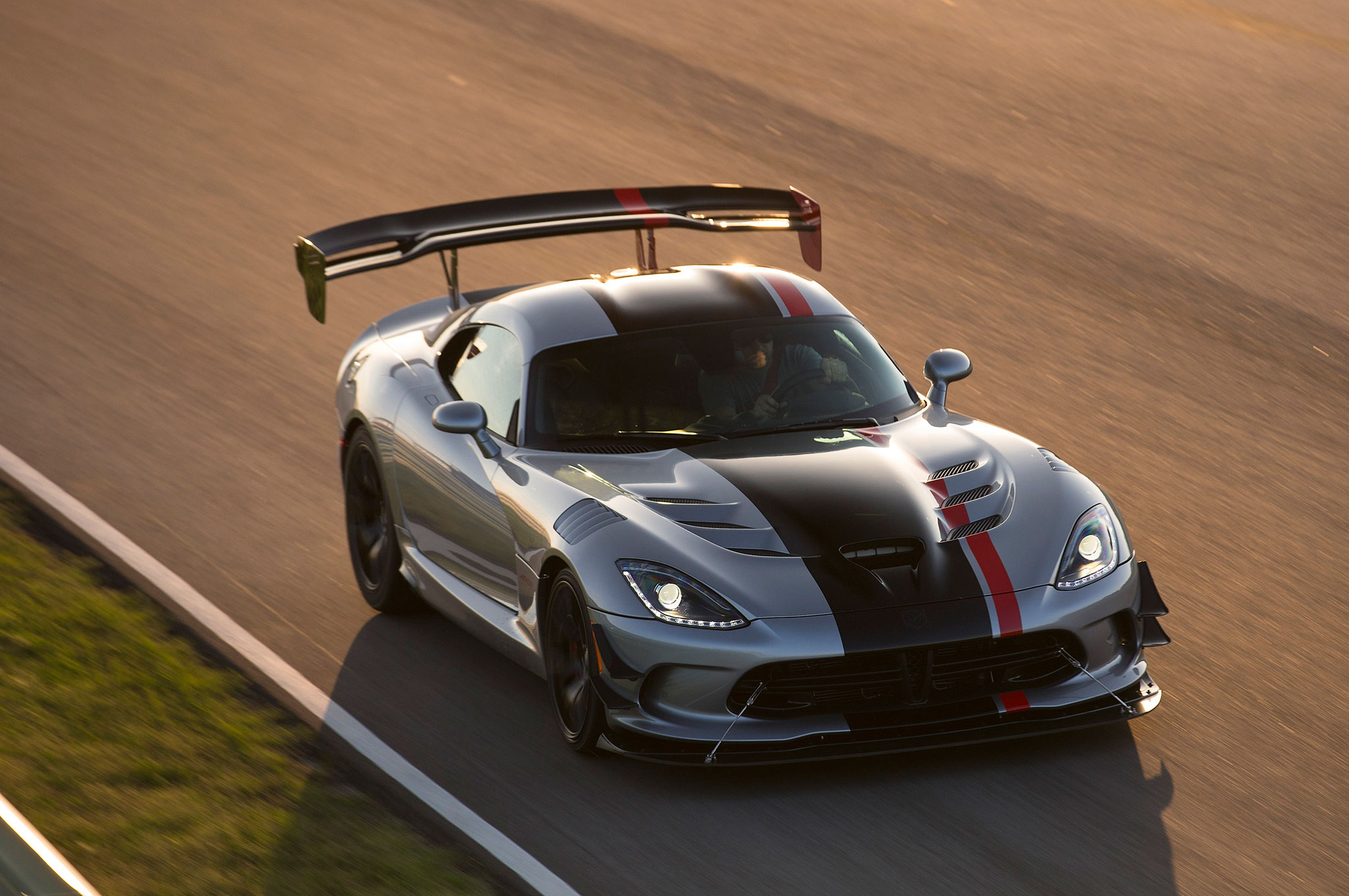 2016 Dodge Viper ACR Front Three Quarter In Motion 05