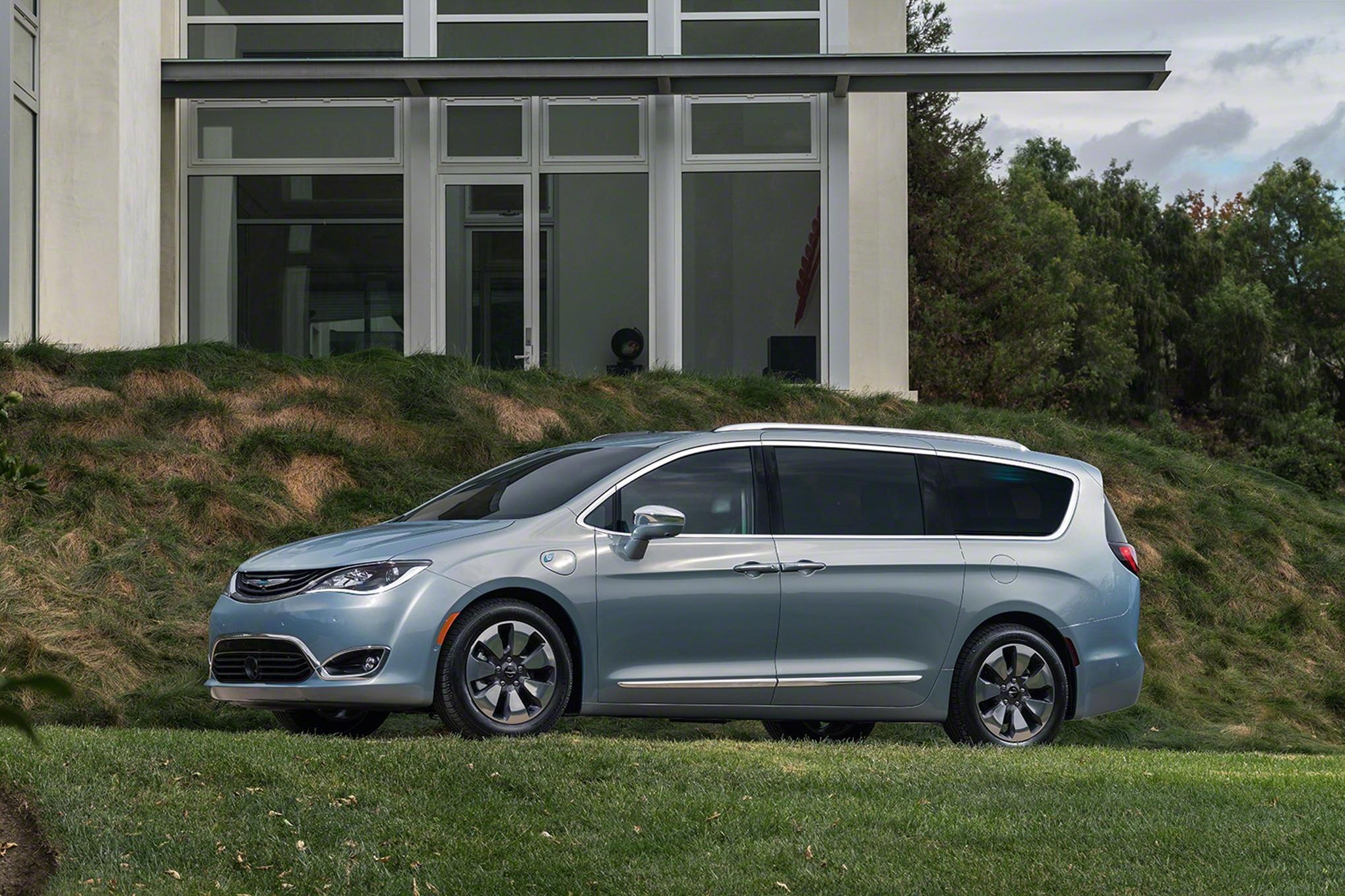 2017 Chrysler Pacifica Hybrid Front Three Quarter 03