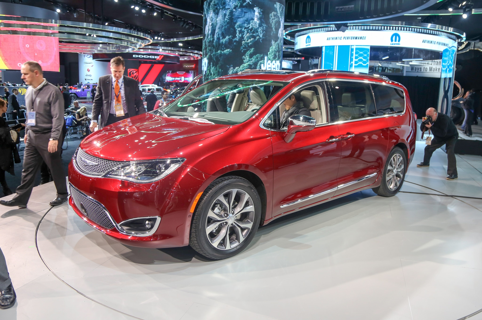 2017 Chrysler Pacifica Limited Front Three Quarter1