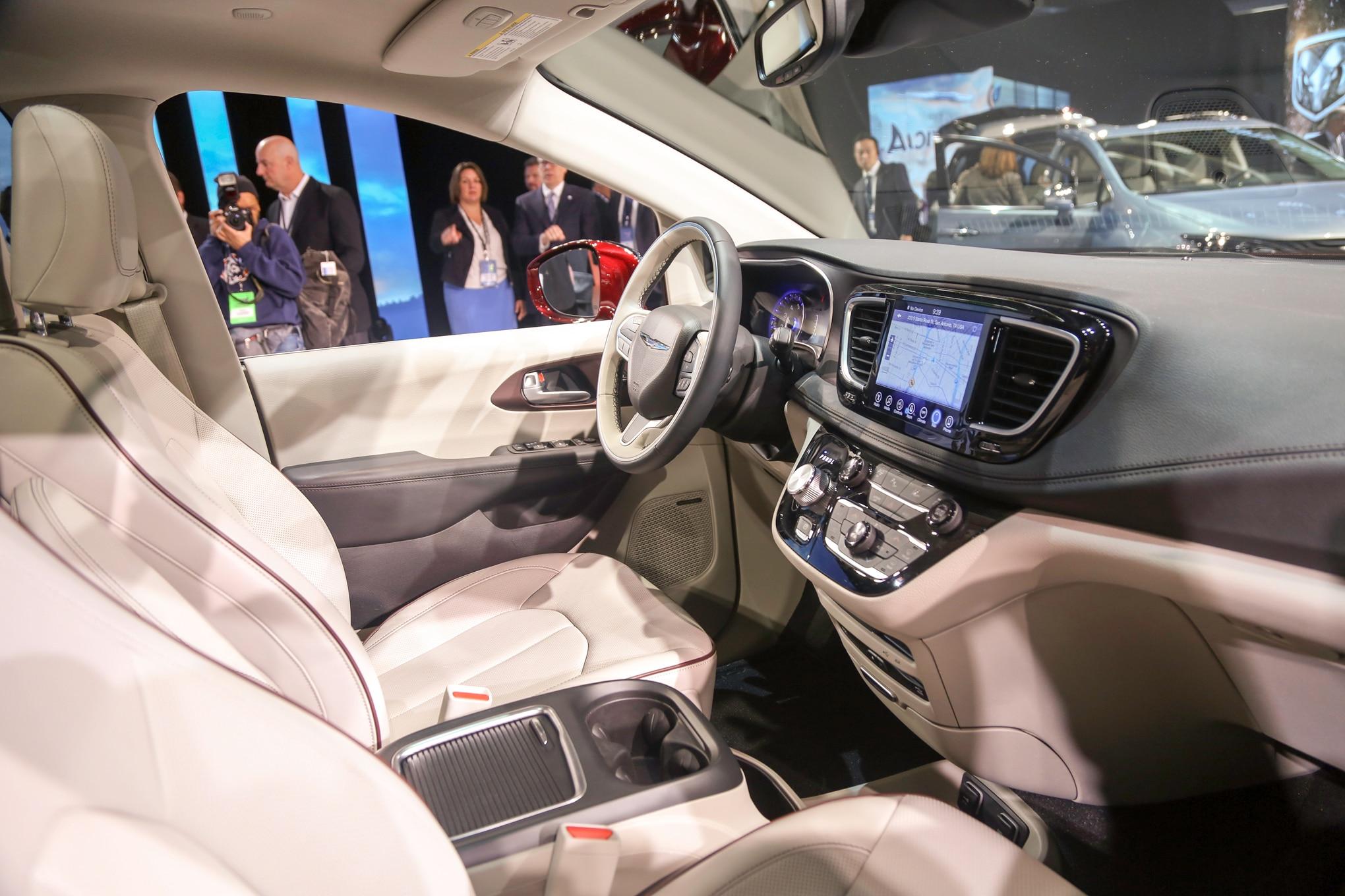 2017 chrysler interior gallery for Chrysler pacifica 2017 interior