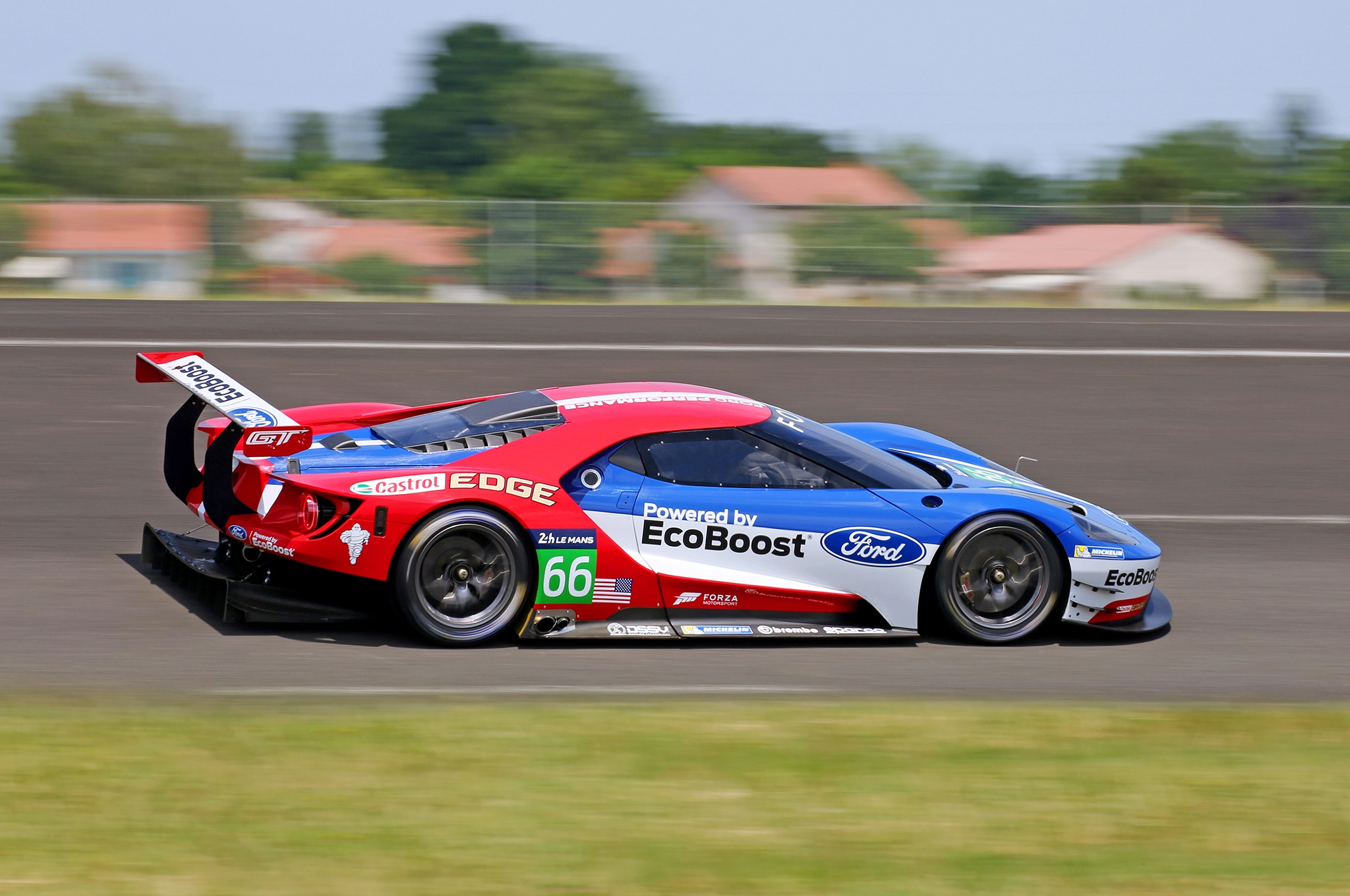 the new ford gt is ready to race. Black Bedroom Furniture Sets. Home Design Ideas