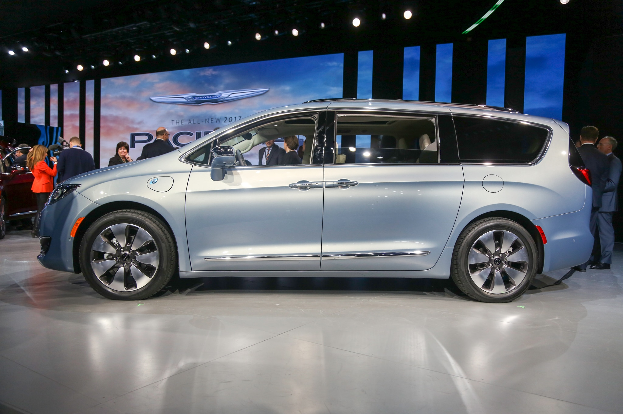 2017 Chrysler Pacifica Hybrid side