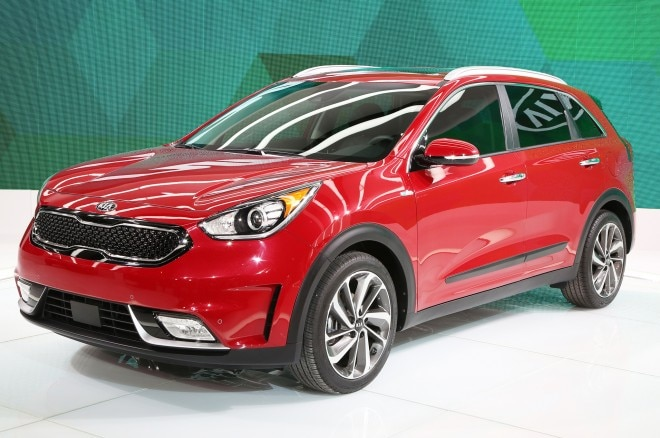 2017 Kia Niro Hybrid front three quarter 02