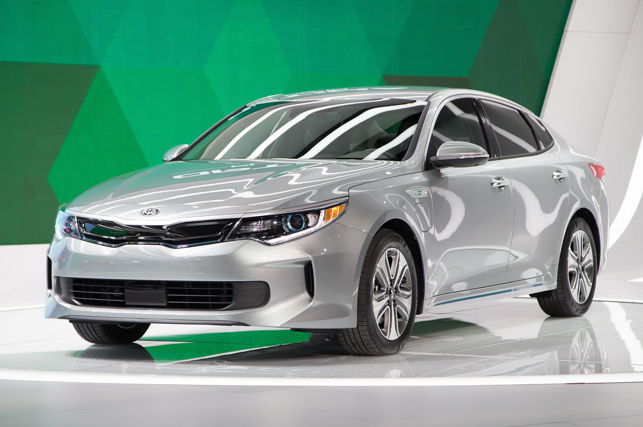 2017 Kia Optima Hybrid Brings Improved Efficiency, New Plug-In Model