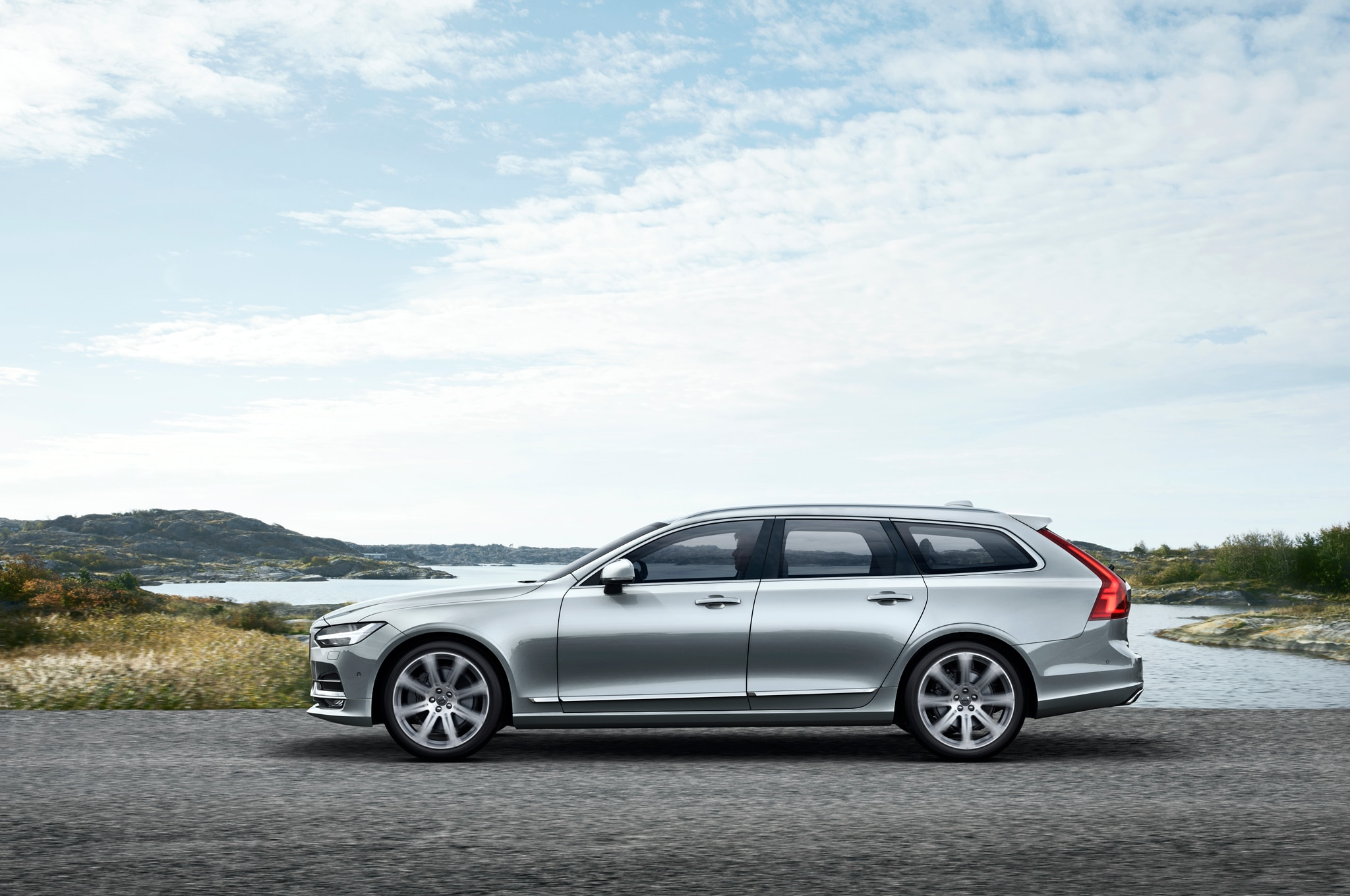 2017 volvo v90 brings luxury and style to the station wagon segment. Black Bedroom Furniture Sets. Home Design Ideas