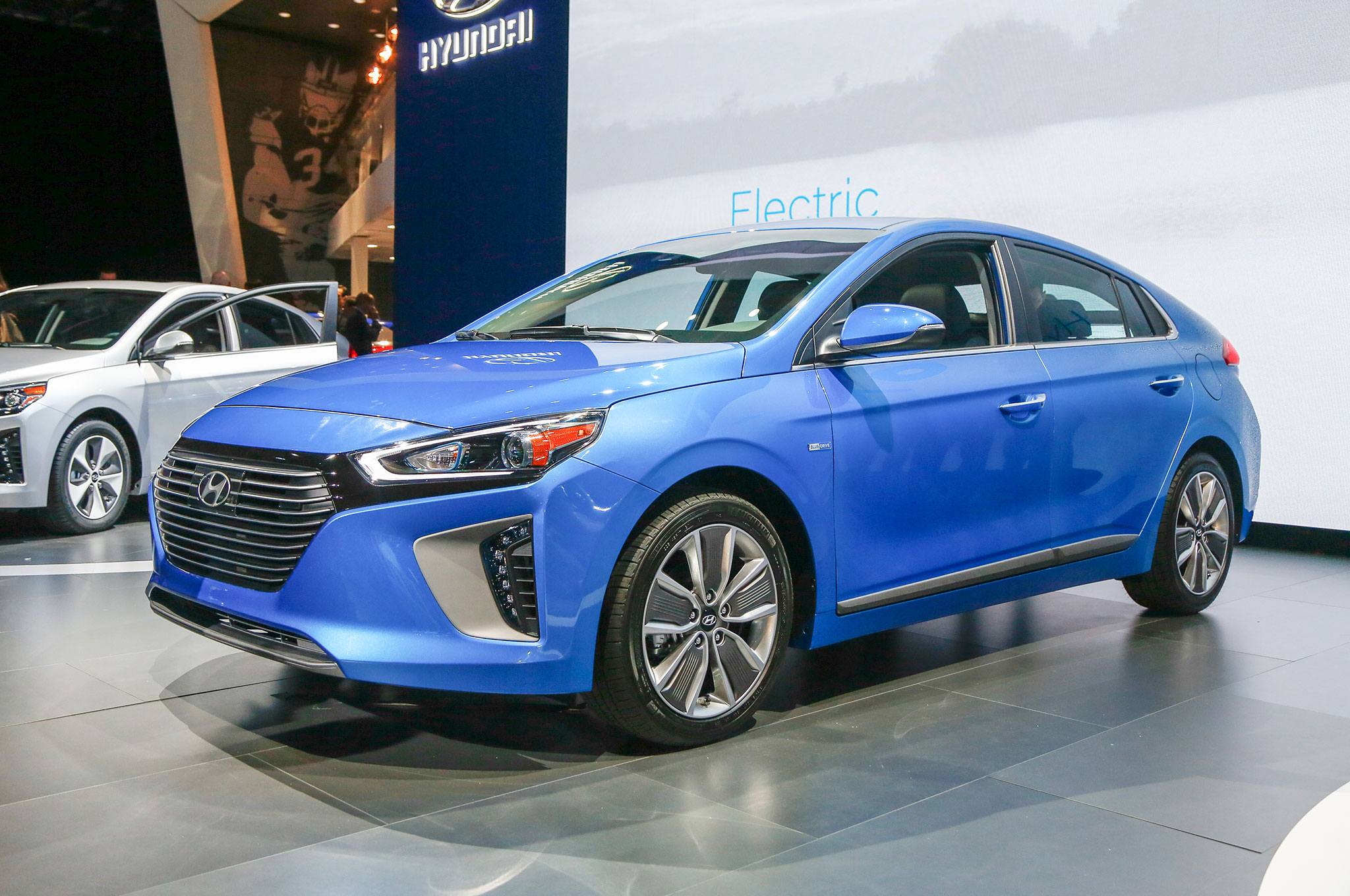 an in depth look at the 2017 hyundai ioniq hybrid plug in and electric car. Black Bedroom Furniture Sets. Home Design Ideas