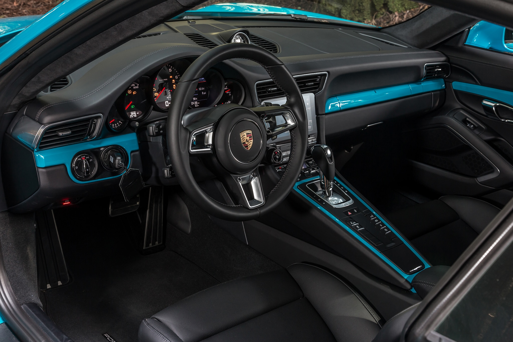 2017 porsche 911 carrera second drive review for Porsche 911 interieur