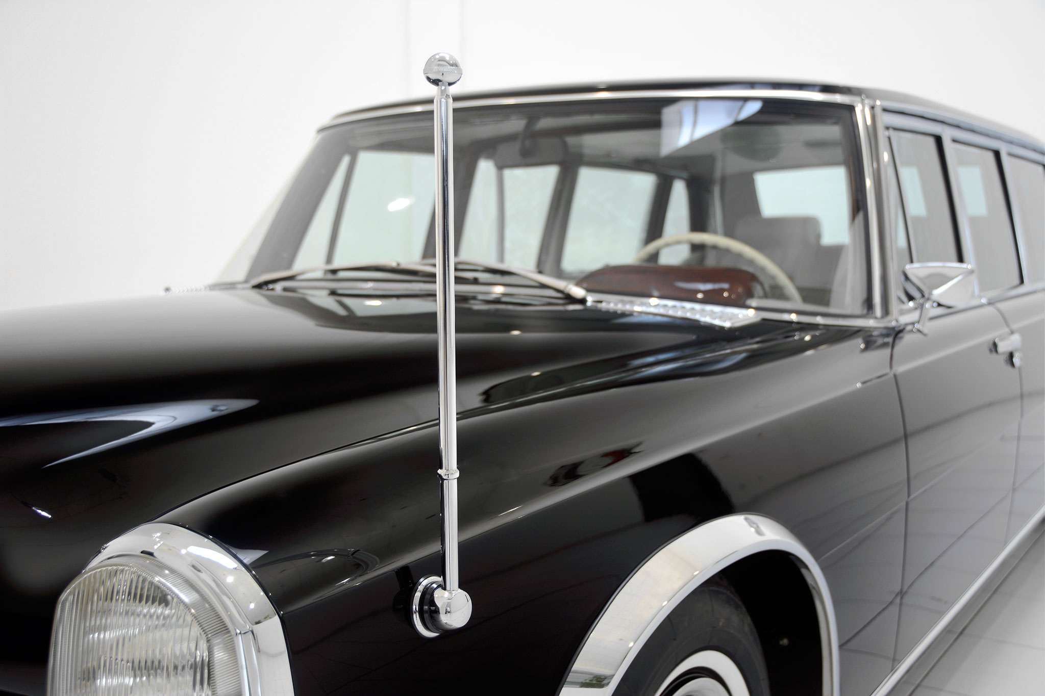 Brabus promotes classic services with restored mercedes for Mercedes benz dealer services