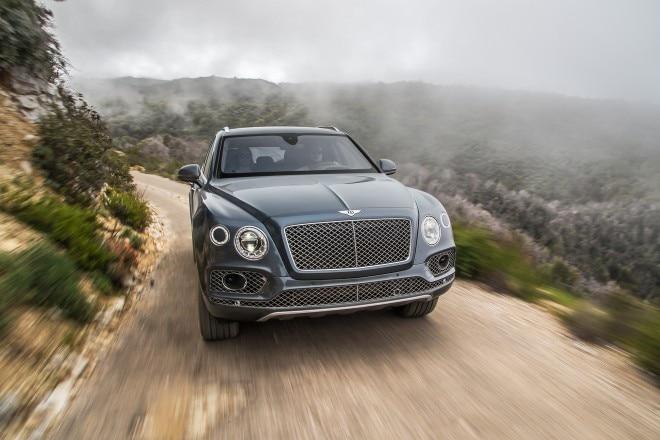 2016 Bentley Bentayga front view in motion 01