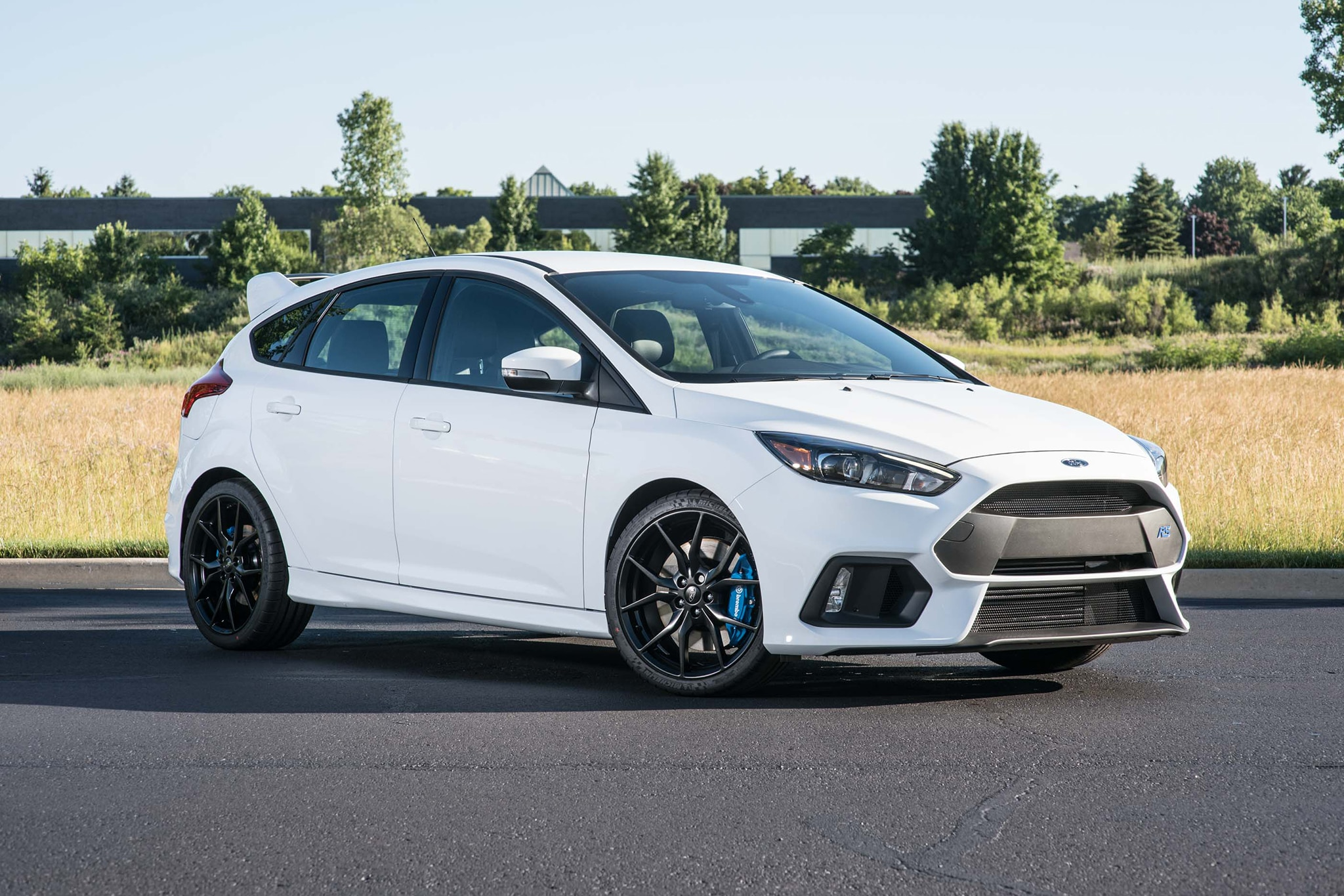 2016 Ford Focus RS Front Three Quarter 01